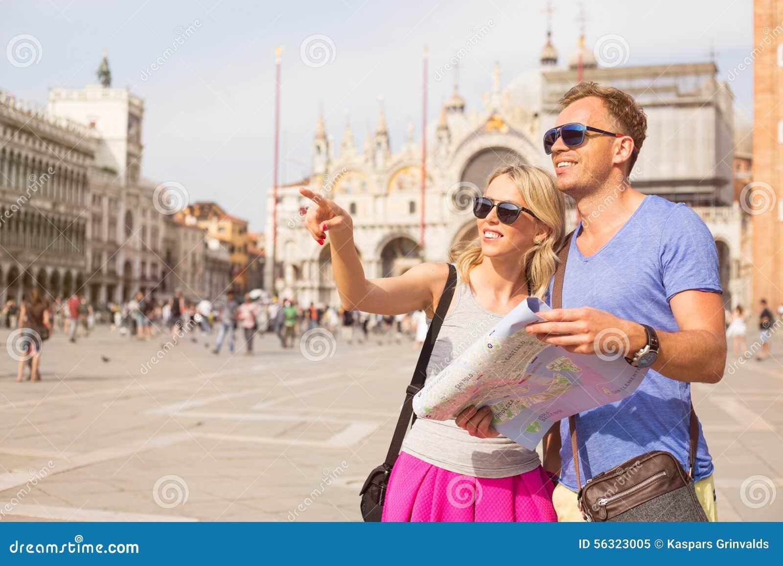 Touristen in Venedig, das nach Richtungen sucht