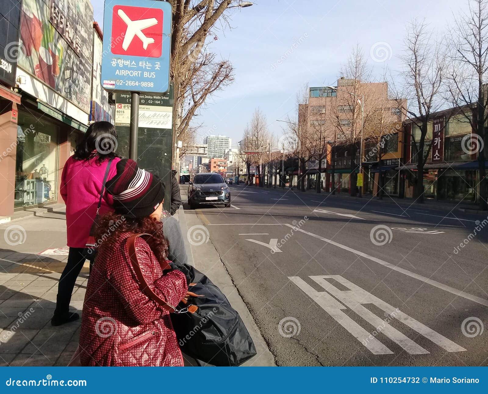 Touristen warten auf einen Bus in Südkorea