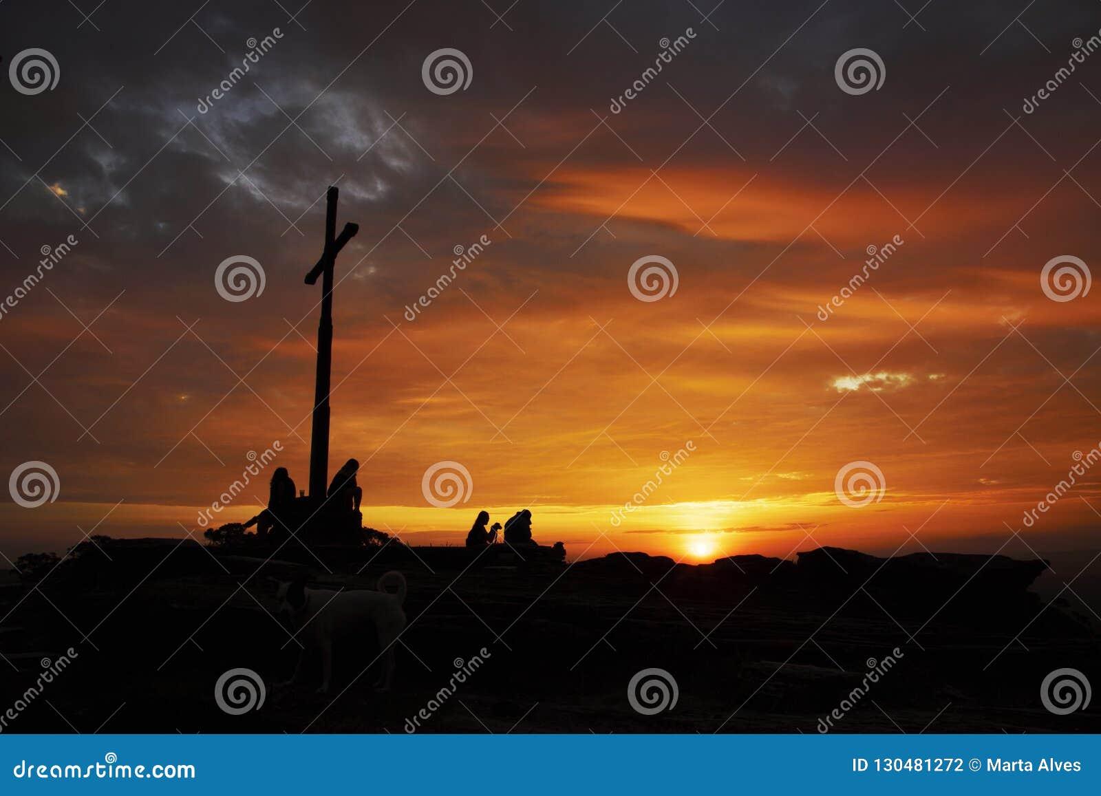 Touristenschattenbilder unter der Kreuzfahrt bei Sonnenuntergang in Brasilien