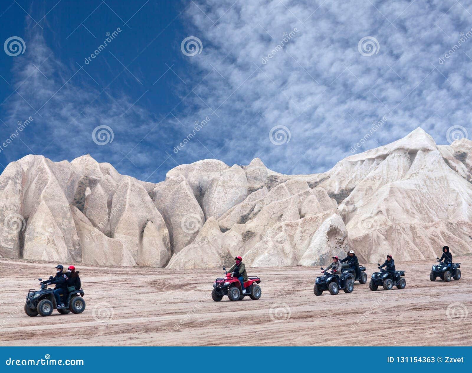 Touristes appréciant un tour de vélo de quadruple dans Cappadocia, Turquie