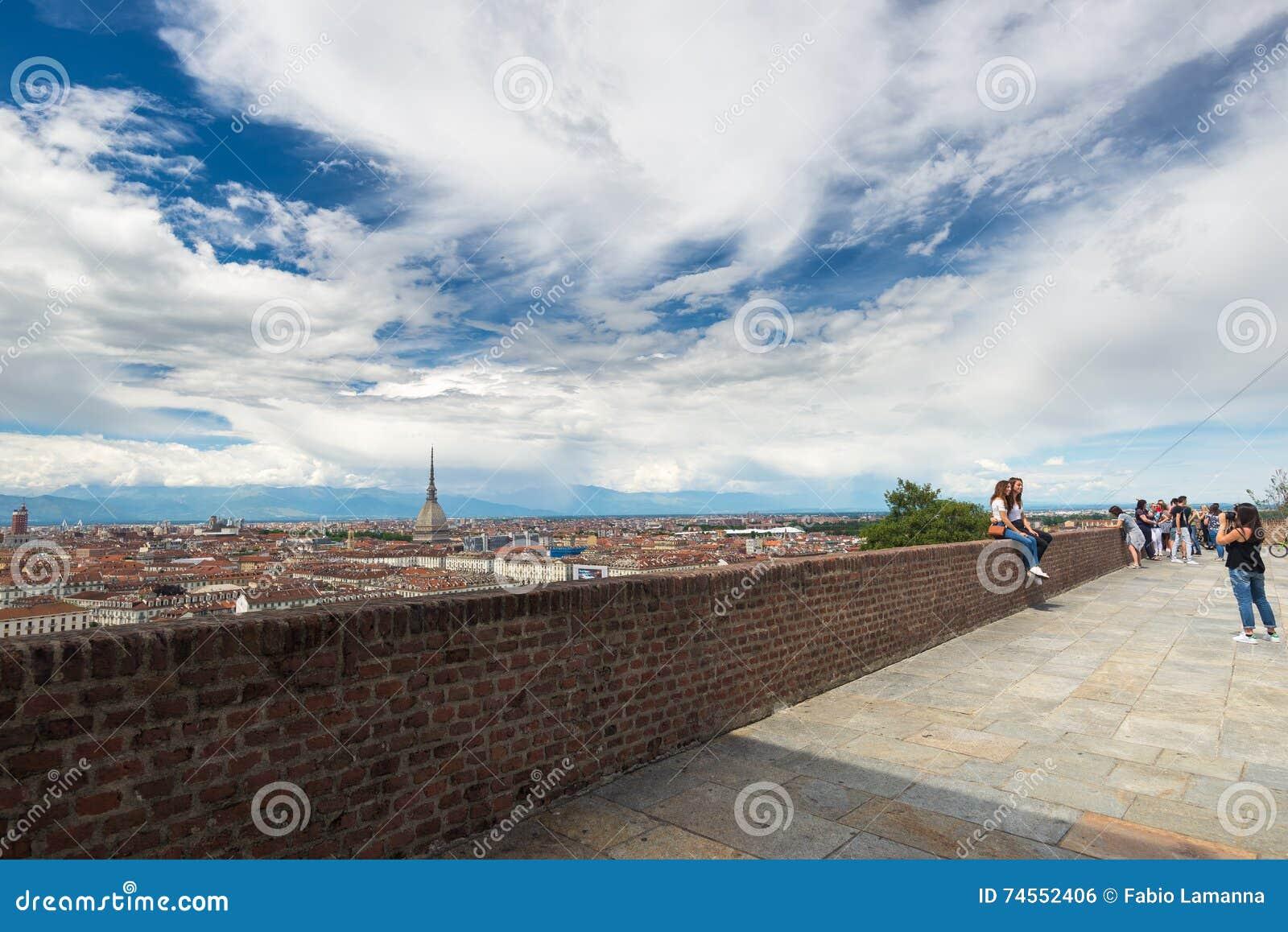 Touristes au point de vue au centre historique de Torino (Turin, Italie) Paysage urbain avec la fourmi de taupe