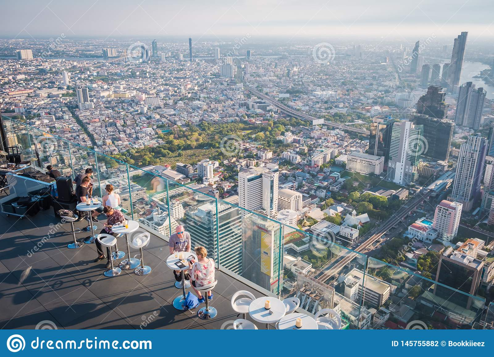 Touristes au Roi Power Mahanakorn Building au soixante-dix-huiti?me dessus de toit d ?tage ? Bangkok, Tha?lande