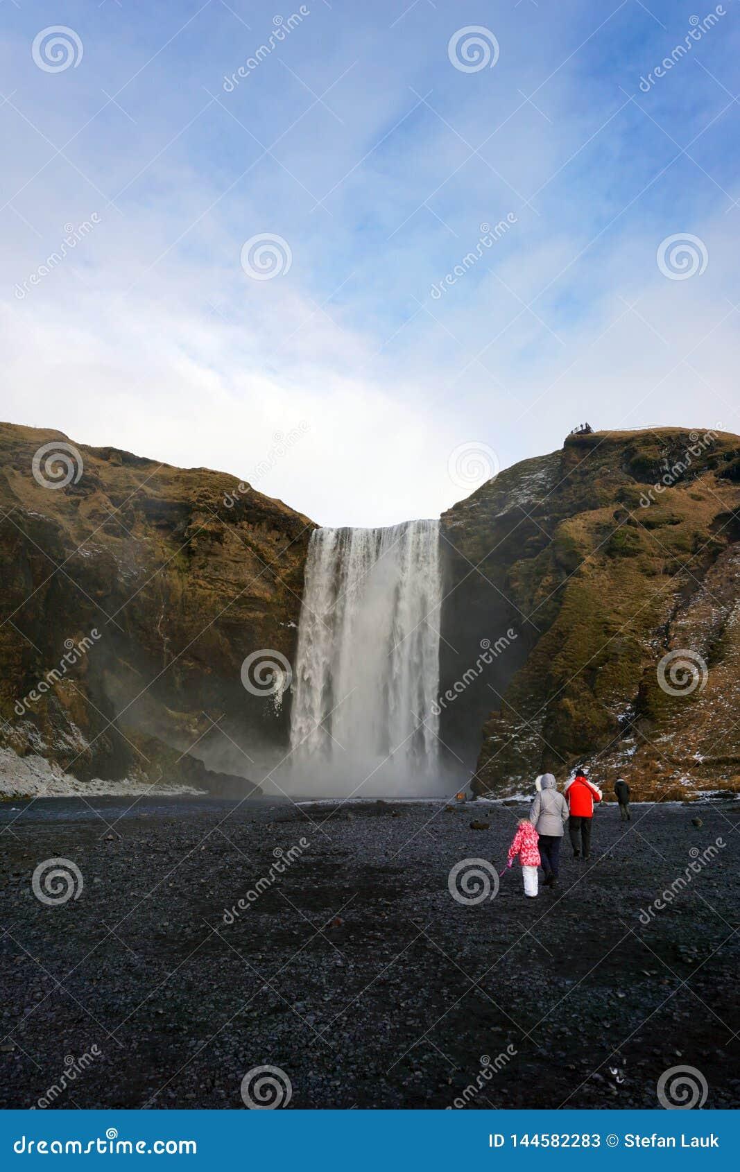 Touristes chez Skogafoss en hiver de l Islande
