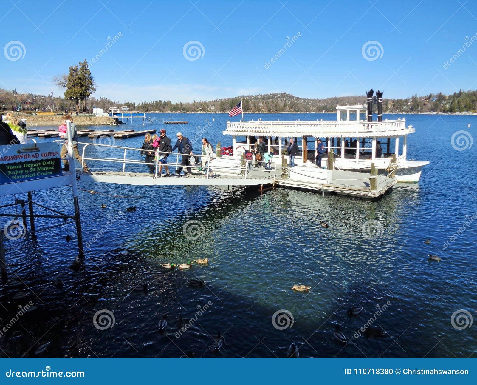 Touristes débarquant le bateau de roue à aubes de la Reine de pointe de flèche de lac