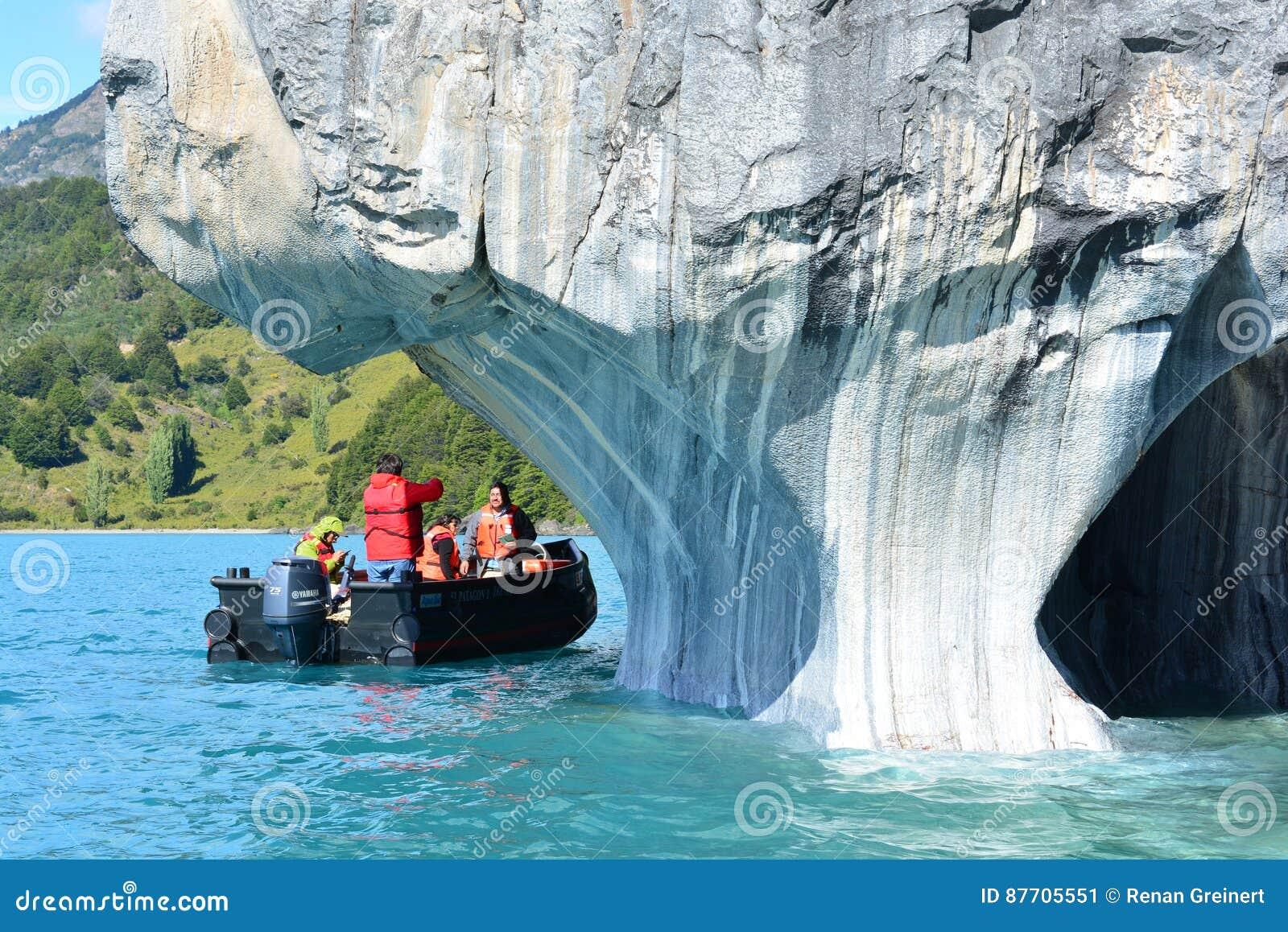 Touristes dans un bateau devant des formations de roche de rmol de ¡ de Capillas de MÃ, Chili