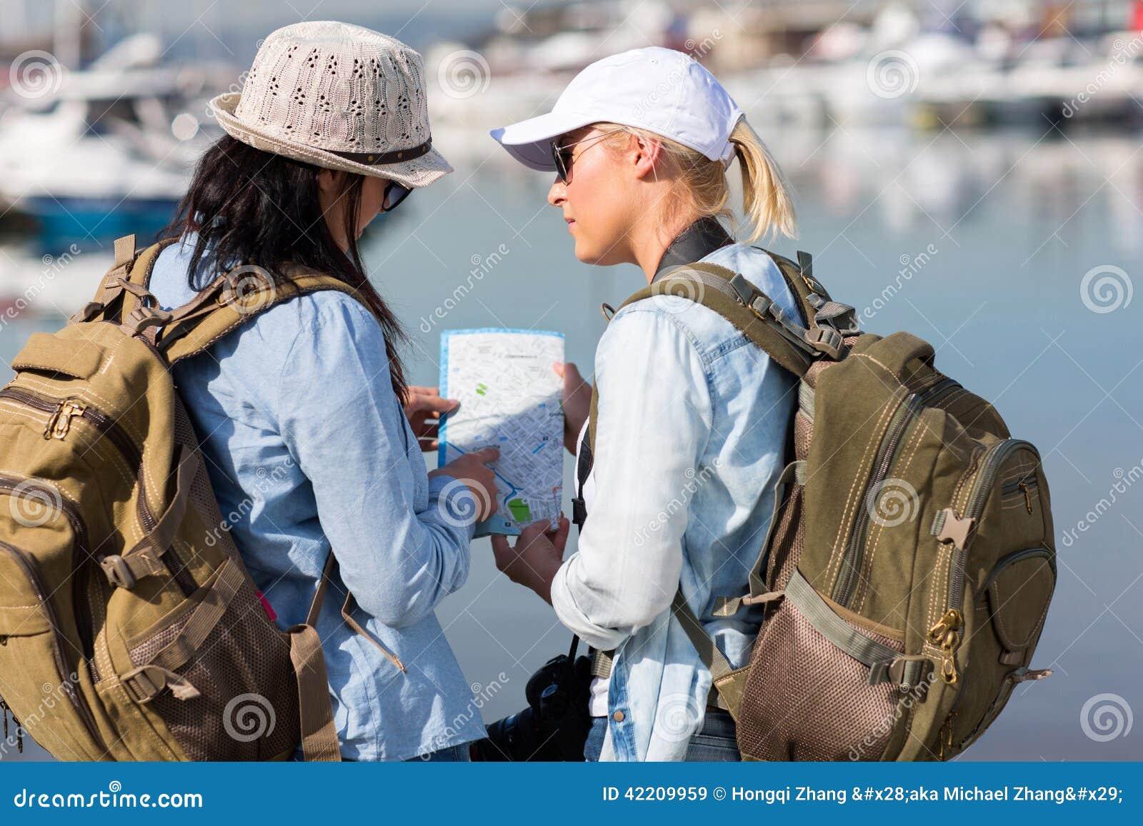 Touristes discutant le prochain arrêt