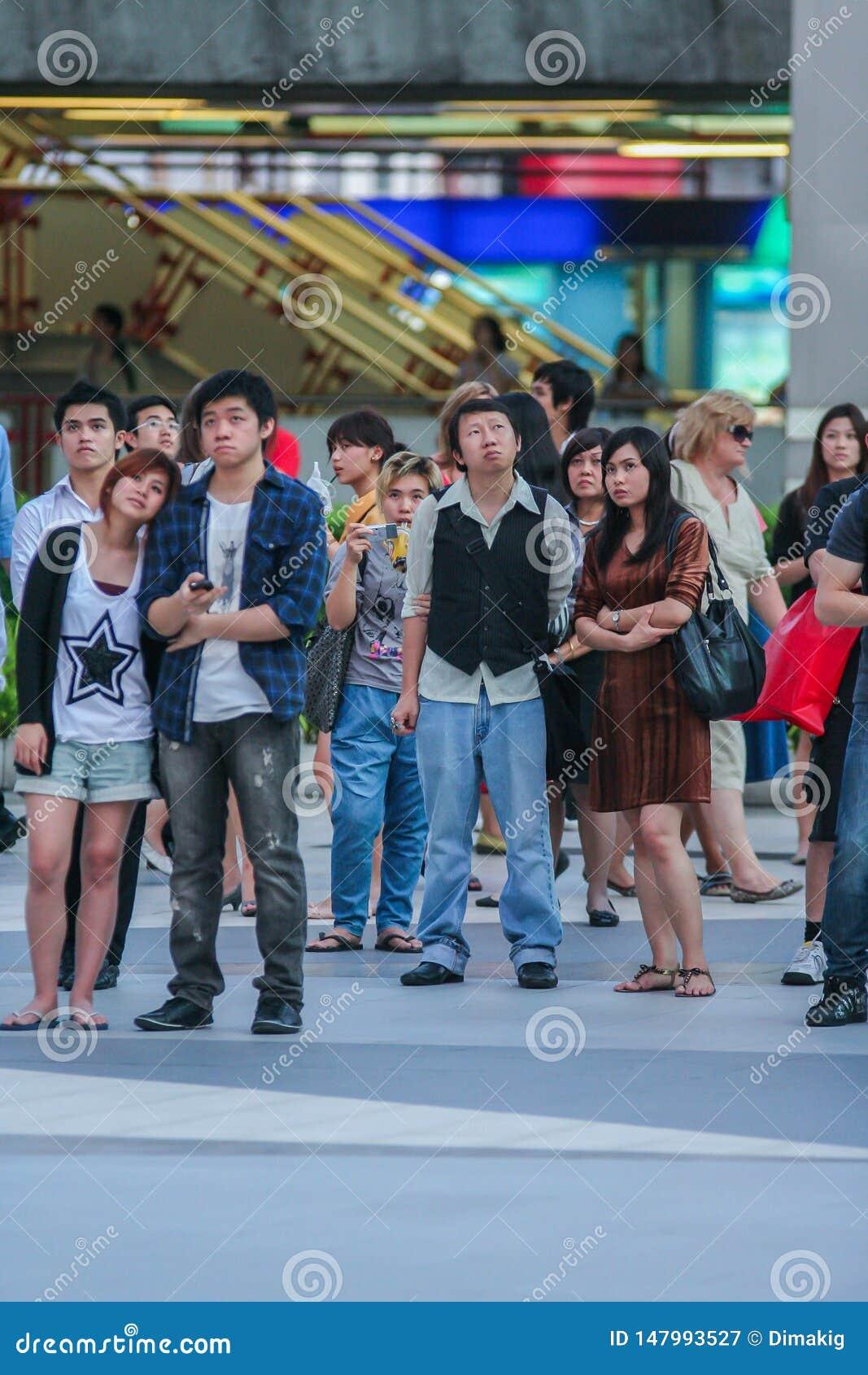 Touristes et gens du pays observant la diffusion en direct sur l ?cran sur la rue du mariage de prince William et Kate Middleton