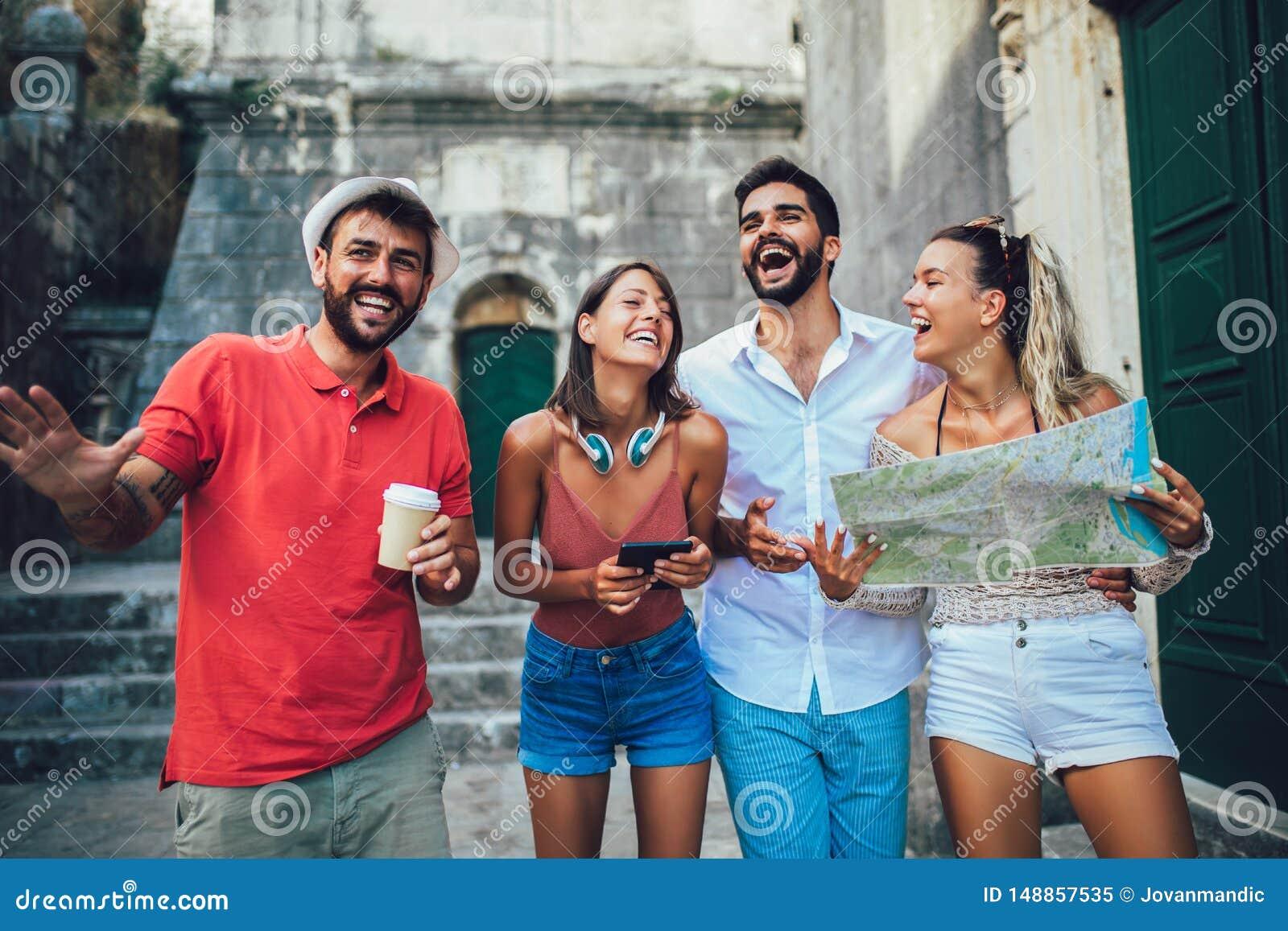 Touristes heureux visitant le pays dans la ville