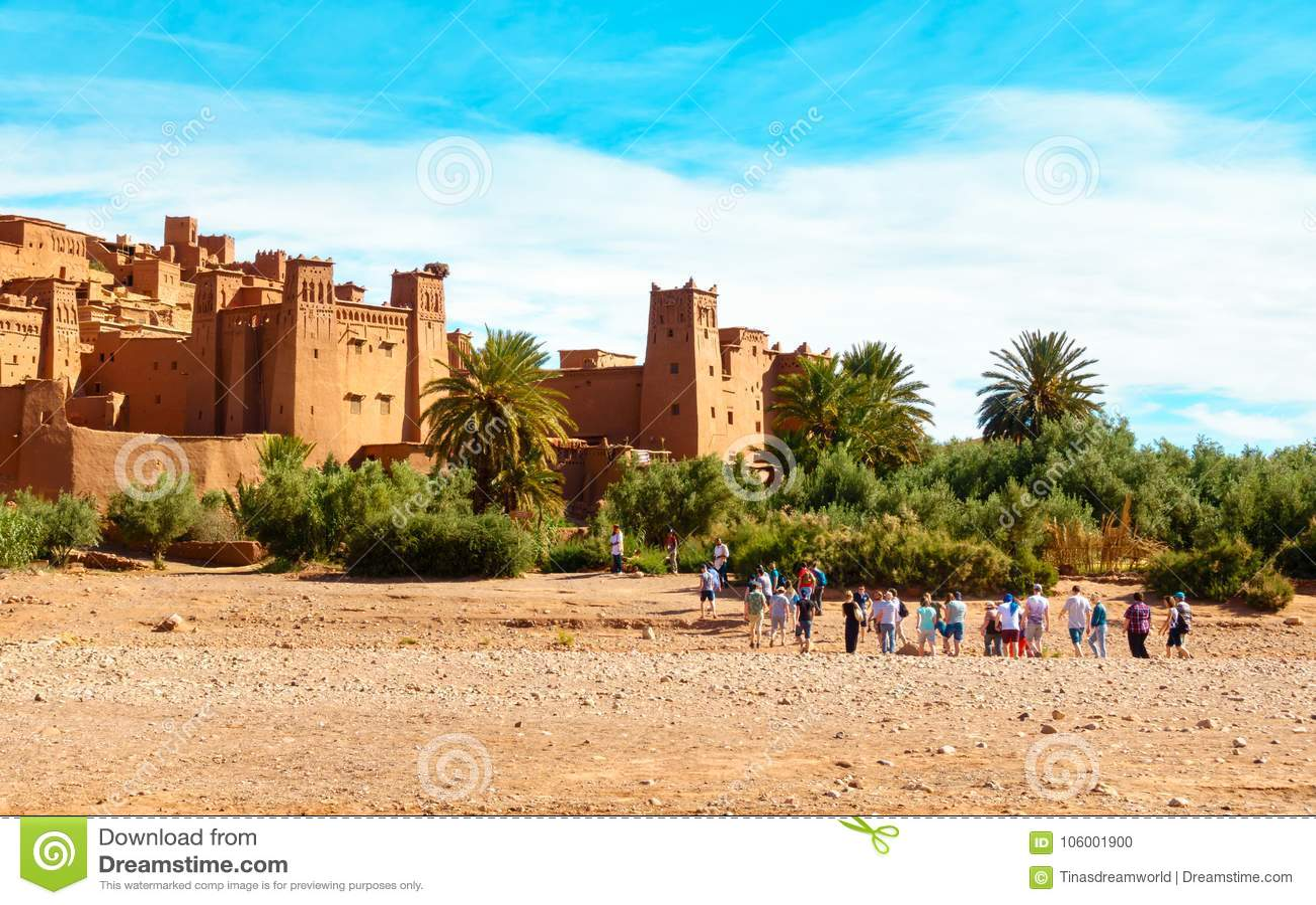 Touristes marchant vers Ait Benhaddou, Maroc