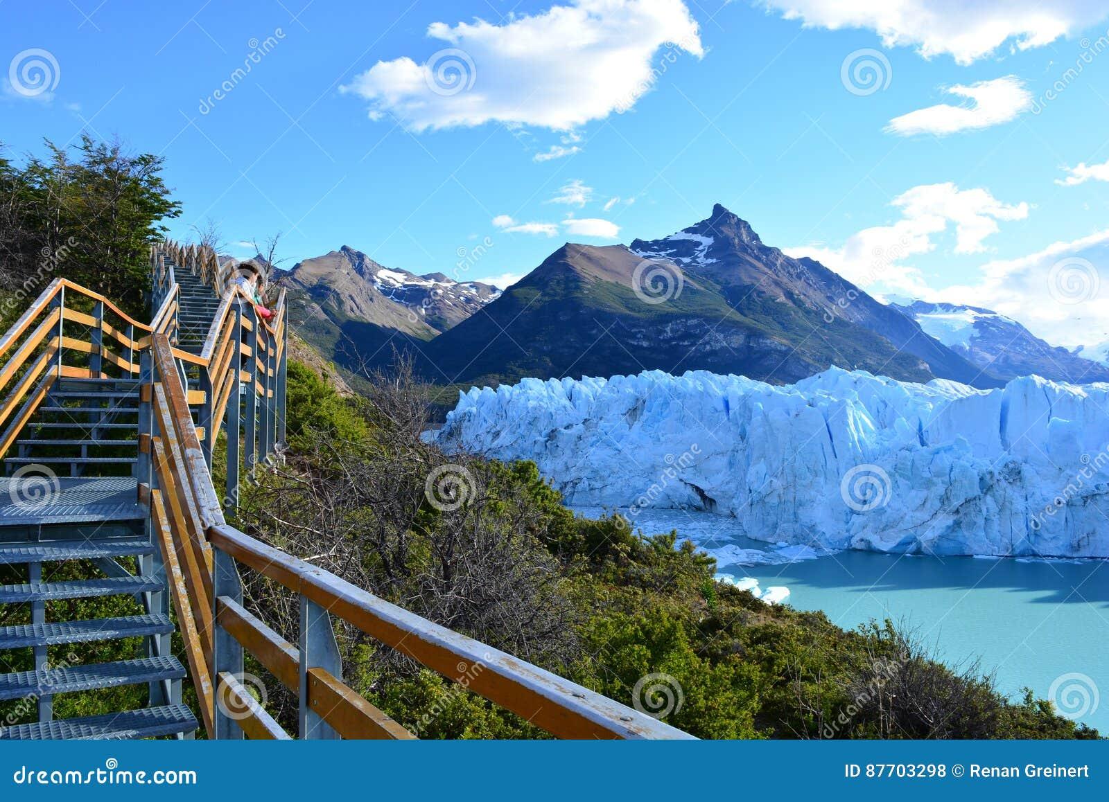 Touristes non identifiés au glacier de Perito Moreno en EL Calafate, Argentine
