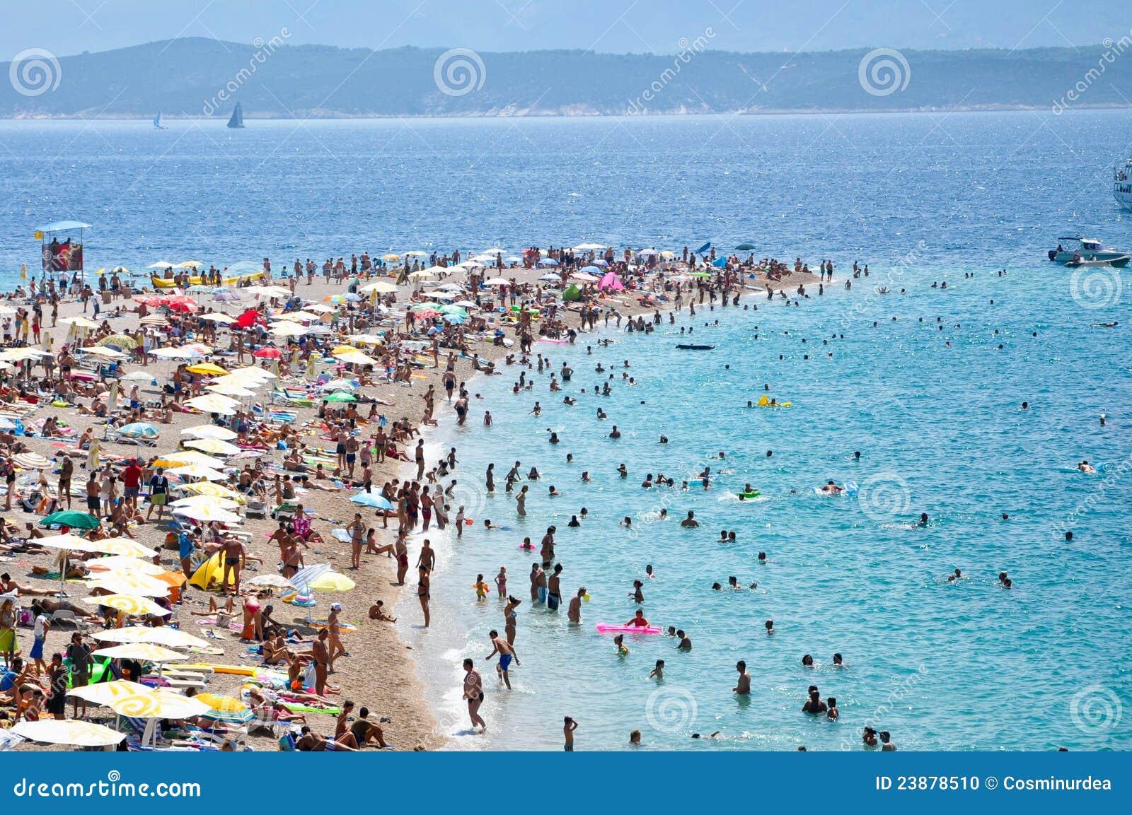 Touristes, plage, île de Bol, Croatie - 2011