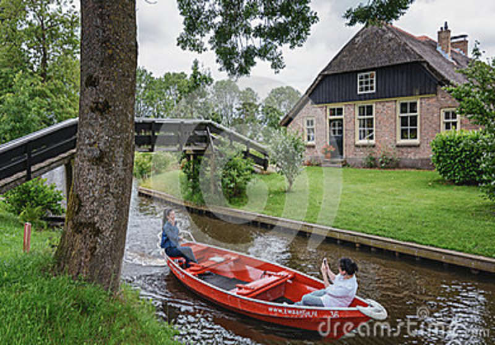 Touristes prenant des photos sur un bateau dans Giethoorn, Pays-Bas