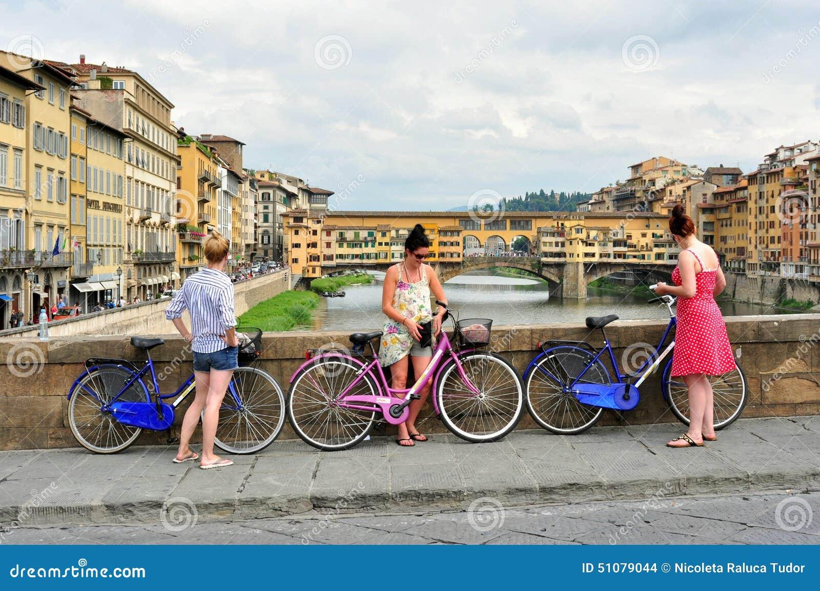 Touristes sur des vélos sur les rues de la ville de Florence, Italie