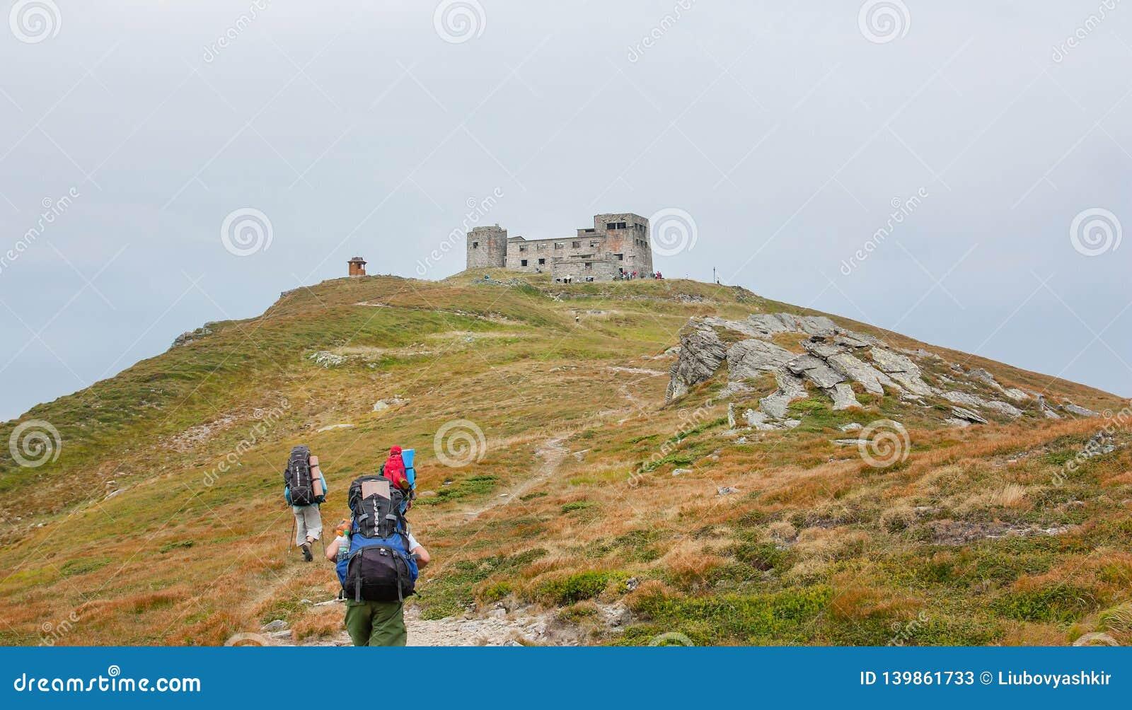 Touristes sur la traînée dans les montagnes Vue panoramique des montagnes rocheuses des Carpathiens, Ukraine
