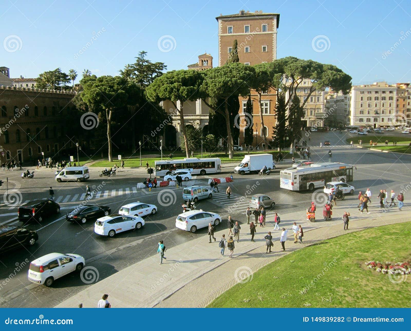 Touristes sur le fond des attractions et des routes à Rome