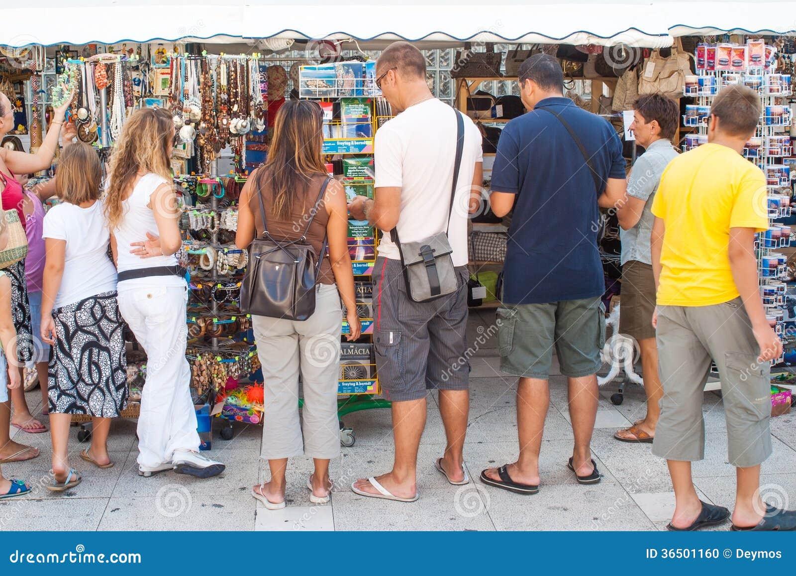 Touristes sur le marché dans Zadar, Croatie