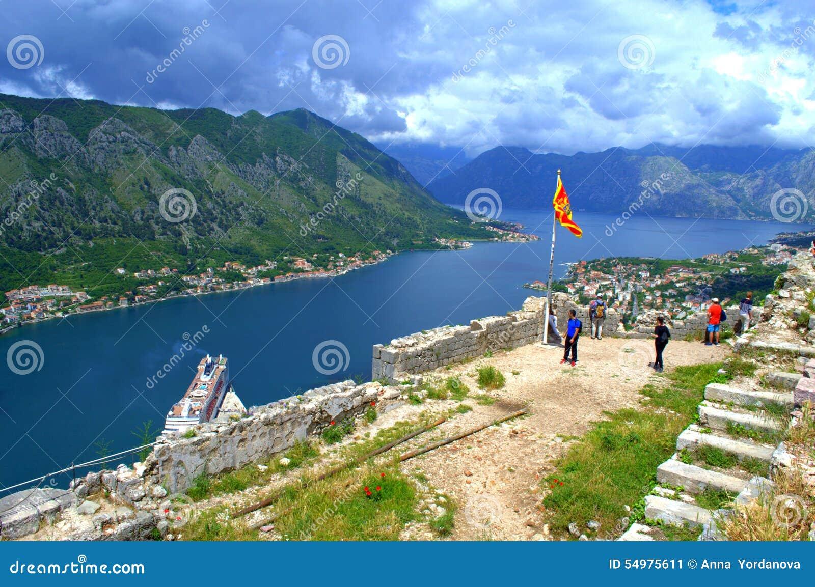 Touristes visitant le pays dans de vieilles fortifications