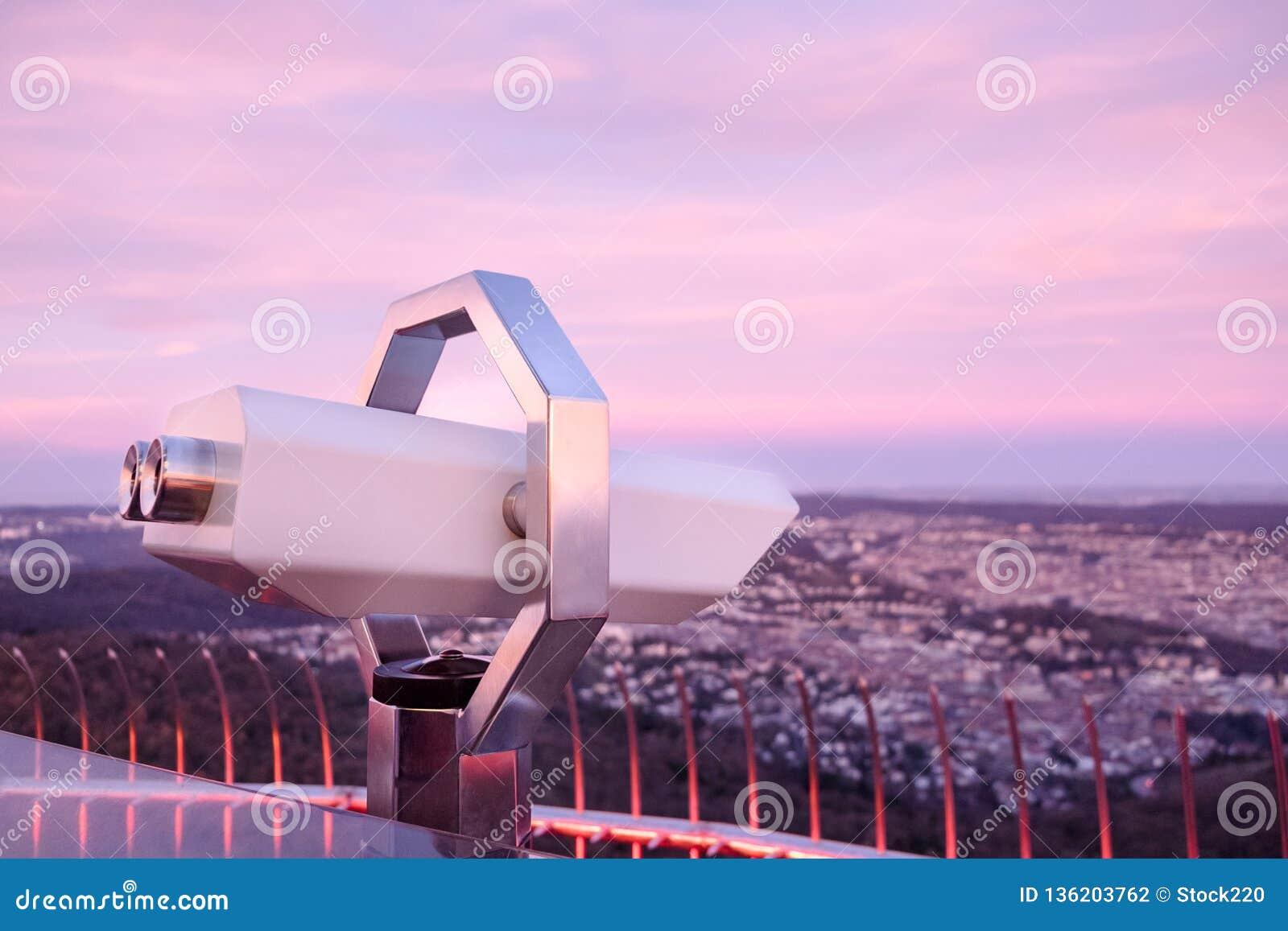 Touristic teleskop som ser staden av Stuttgart, Tyskland