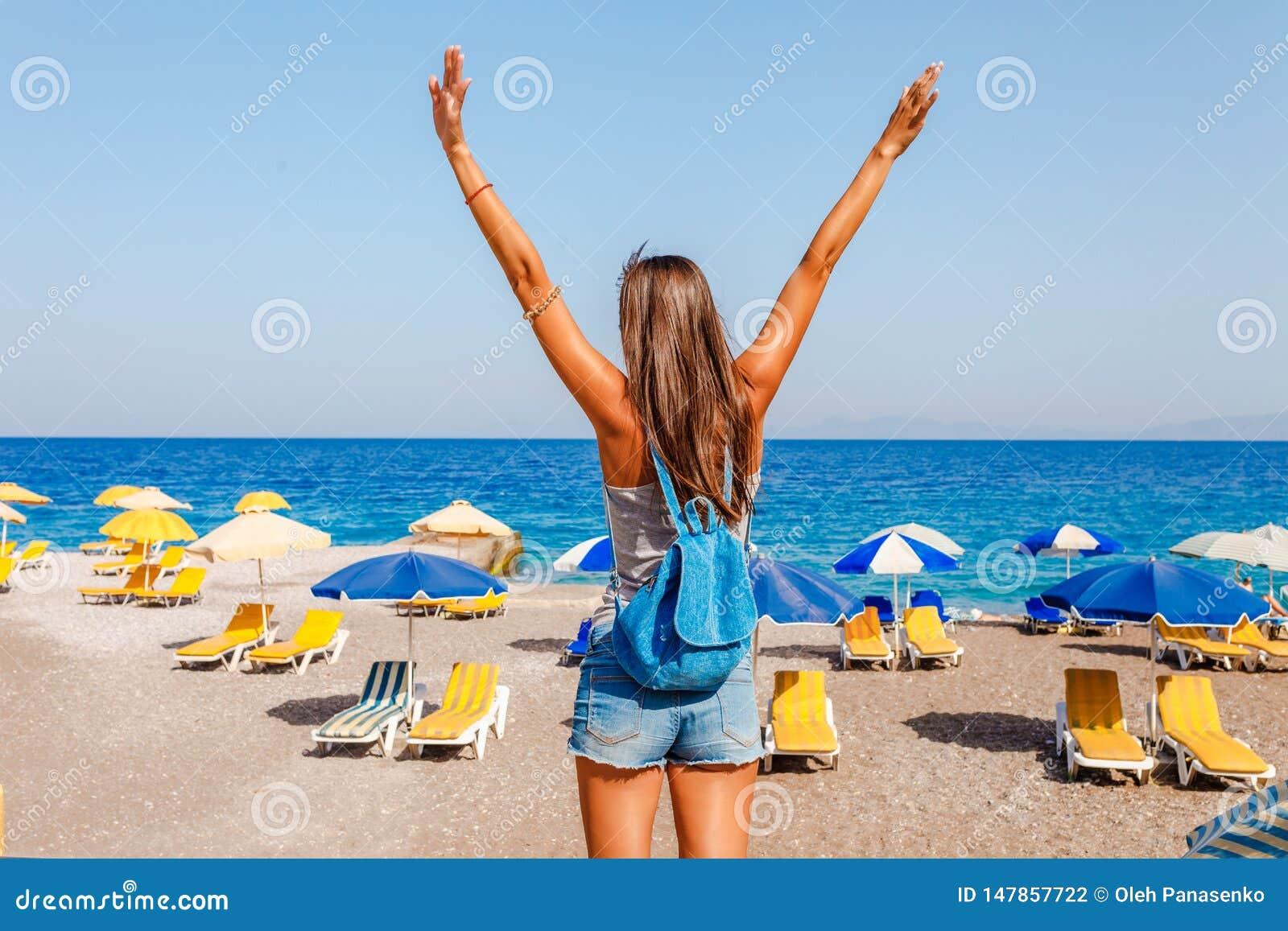 Touristische Frau auf Elle-Strand auf Rhodos-Insel, Dodecanese, Griechenland Panorama mit nettem Sandstrand und klarem blauem Was