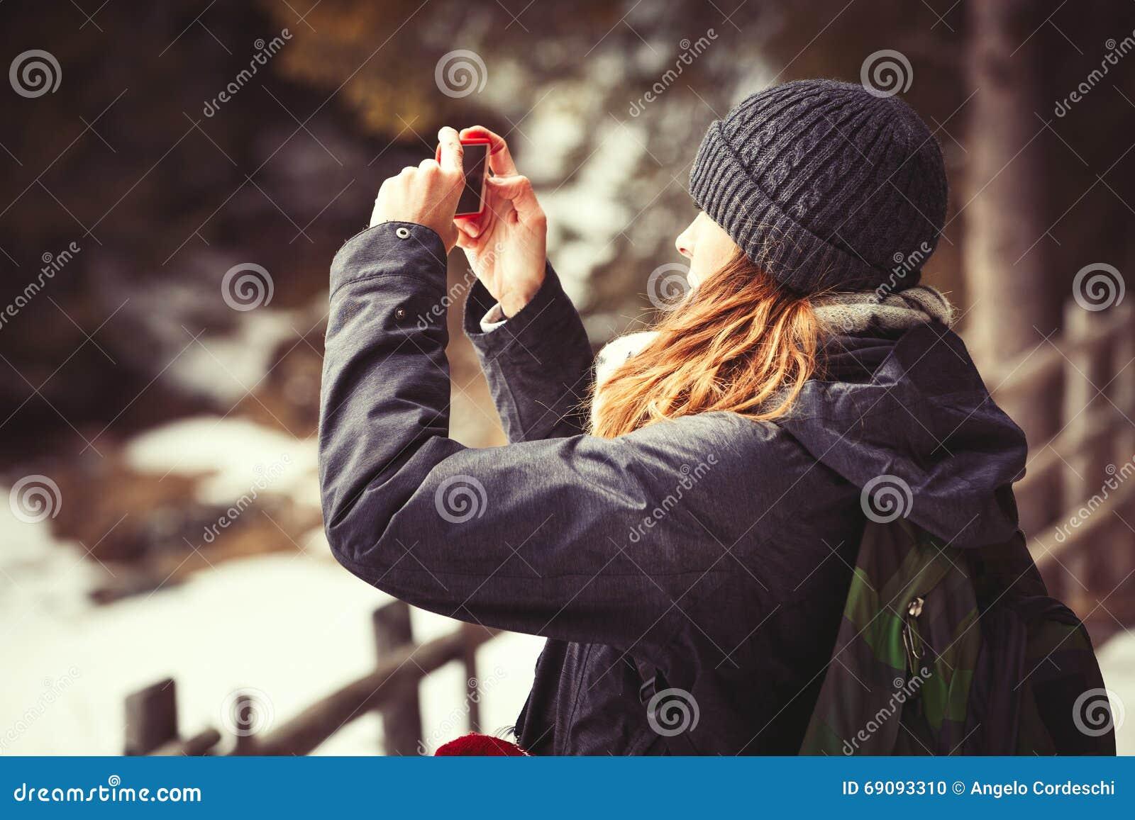 Touristische Frau des Abenteuers, die ein Foto macht Wandern