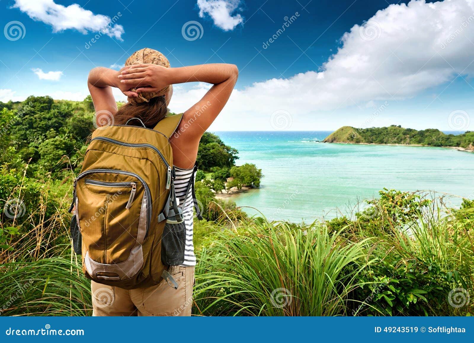 Touristisches Mädchen, das Ansicht von schönen Hügeln und von Meer, travelin genießt