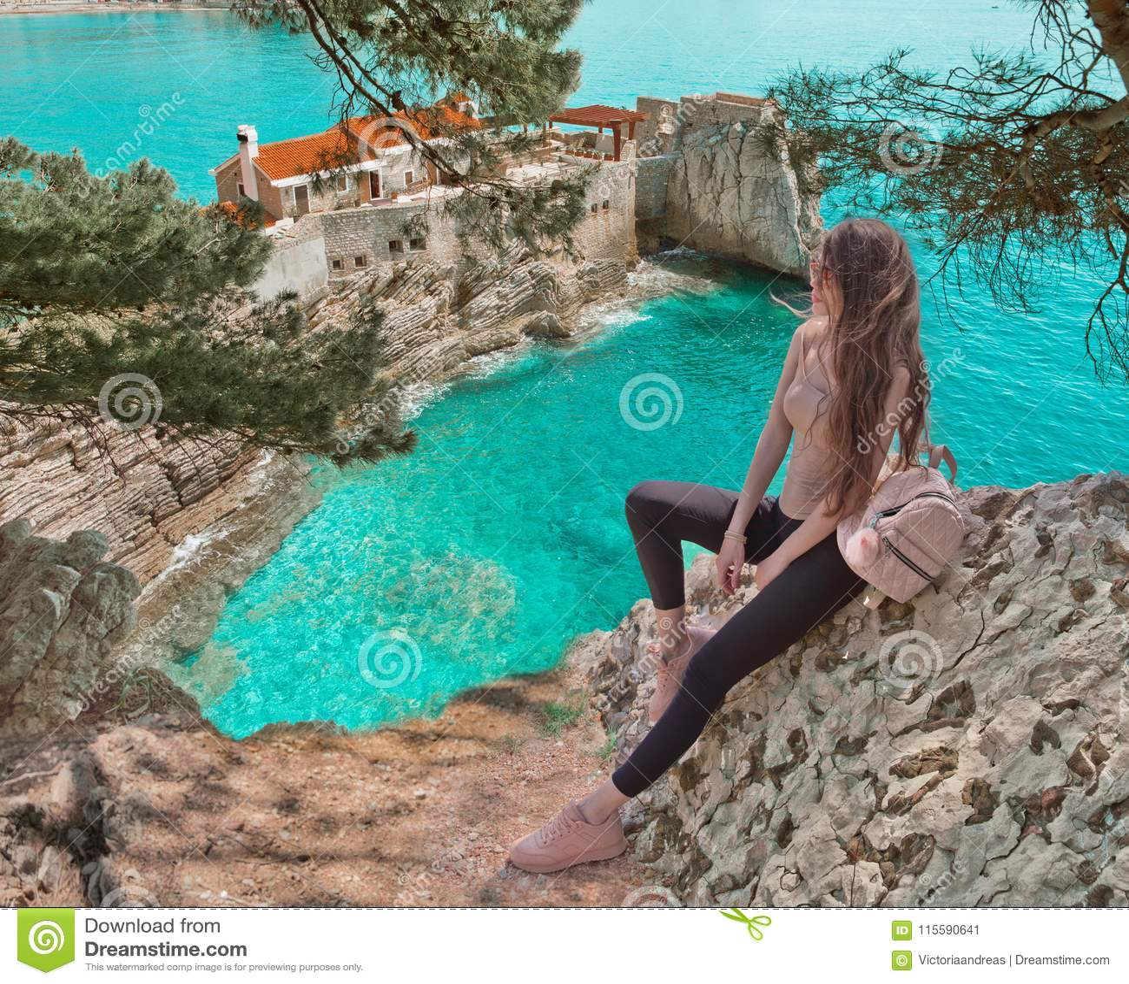 Touristisches Mädchen, das Montenegro besichtigt Reisender besichtigendes altes Vene