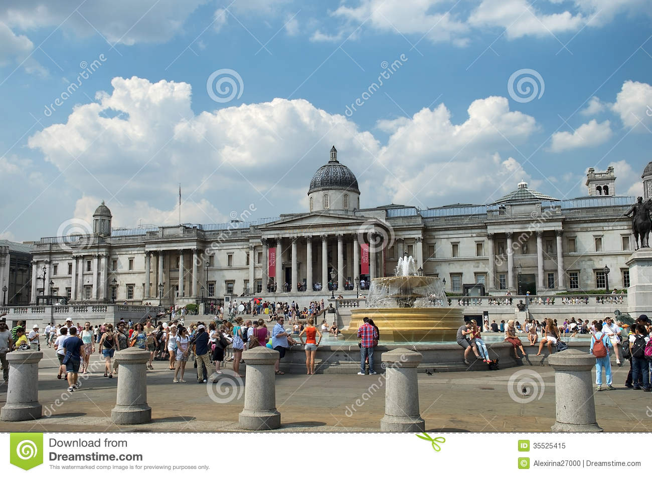 Tourists in front of the national gallery on trafalgar for Time square londra