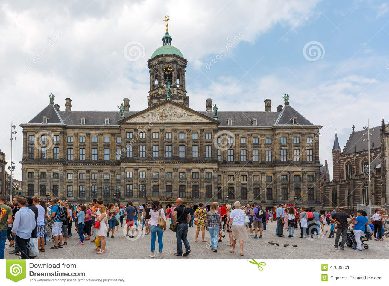 Tourists in front of the royal palace on dam square in for Ostello amsterdam piazza dam