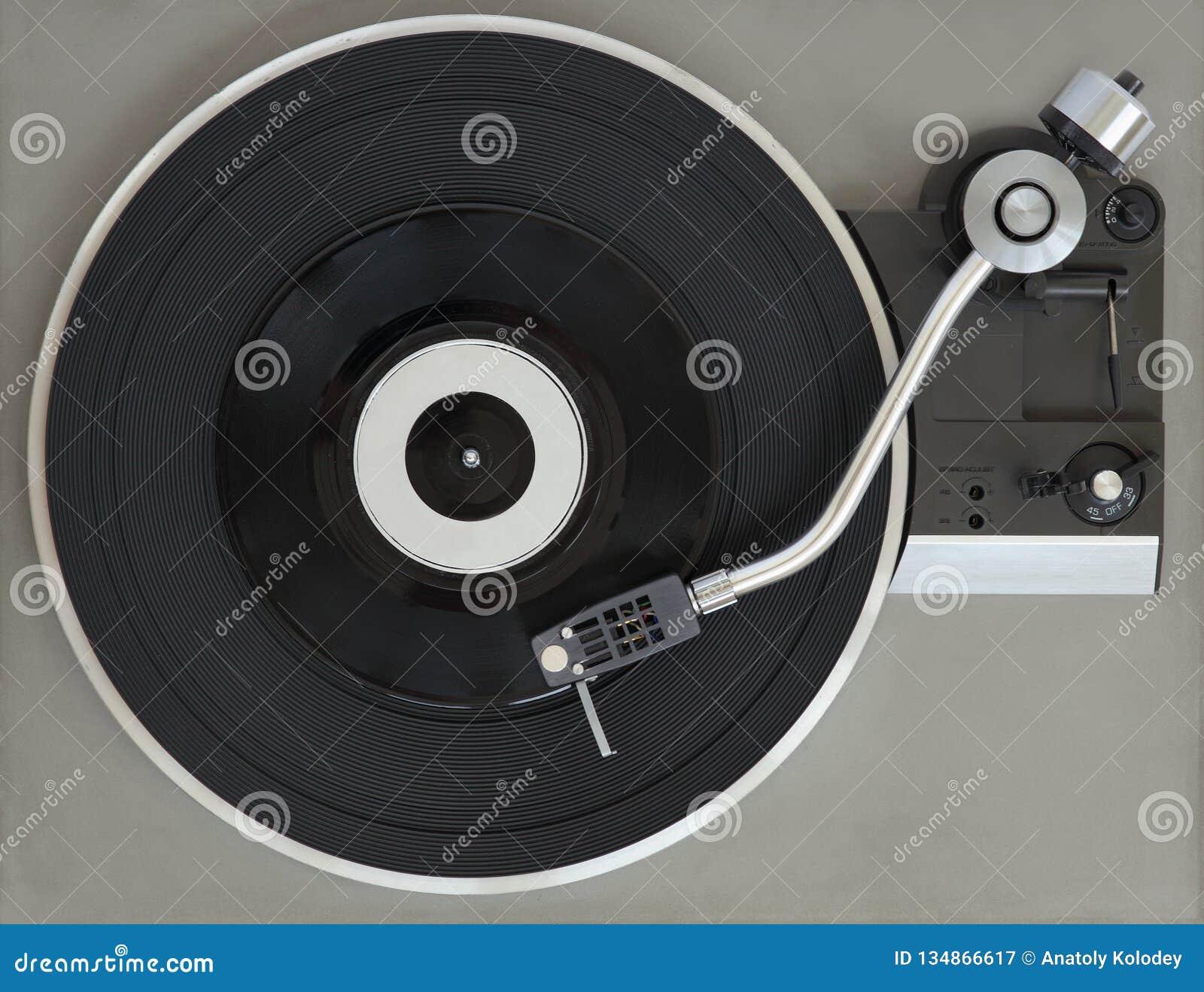 Tourne-disque de vintage avec le disque vinyle