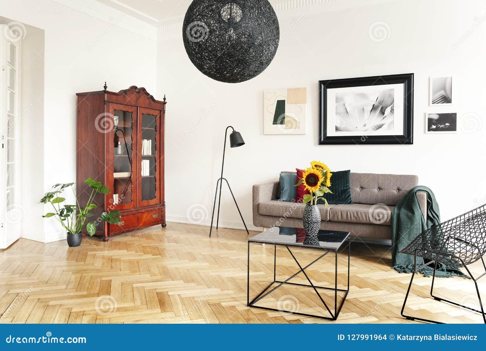 Table Basse Grand Salon tournesols jaunes sur une table basse de noir et de marbre