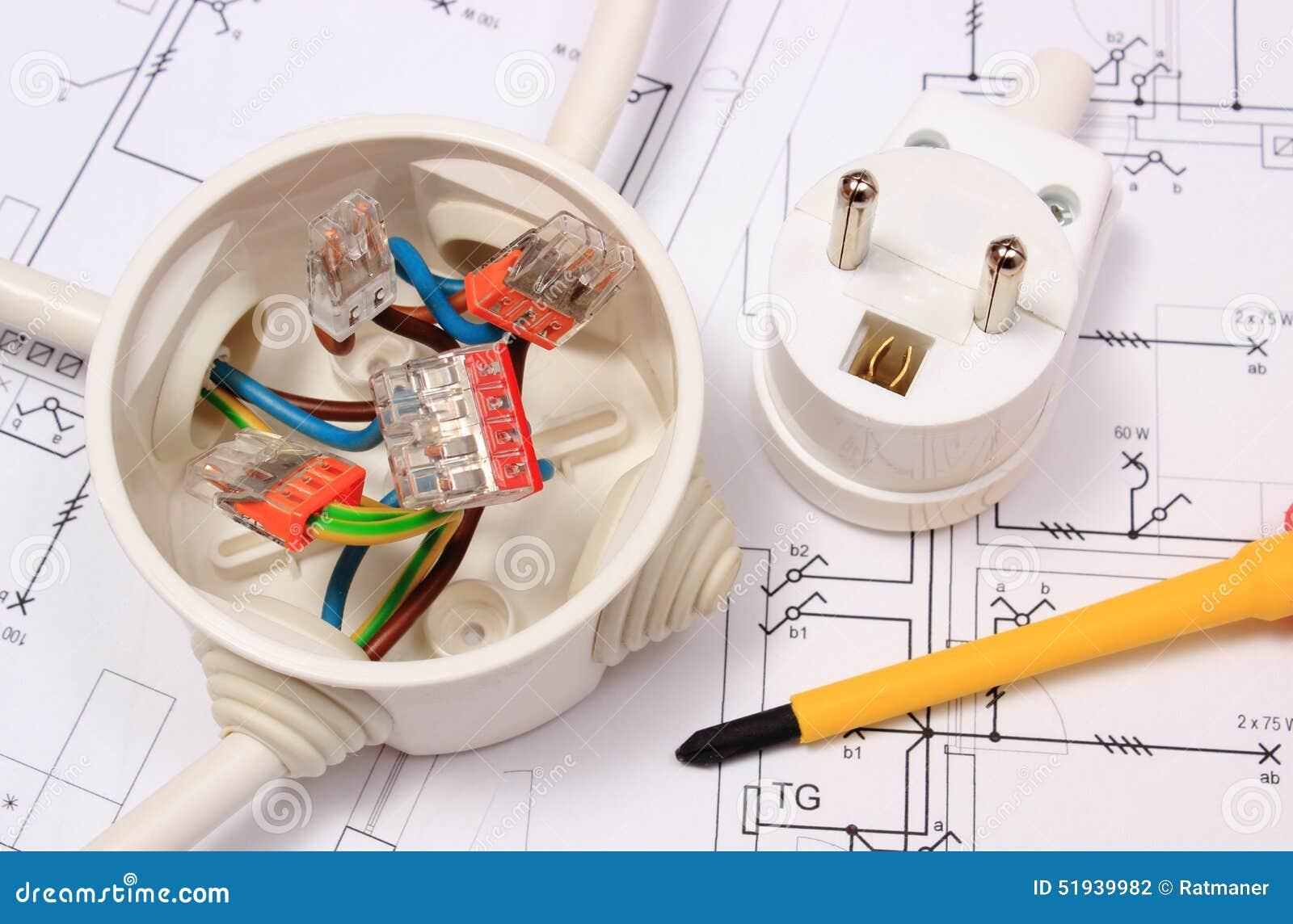 thumbs.dreamstime.com/z/tournevis-boîte-électrique-et-prise-électrique-sur-le-dessin-de-construction-51939982