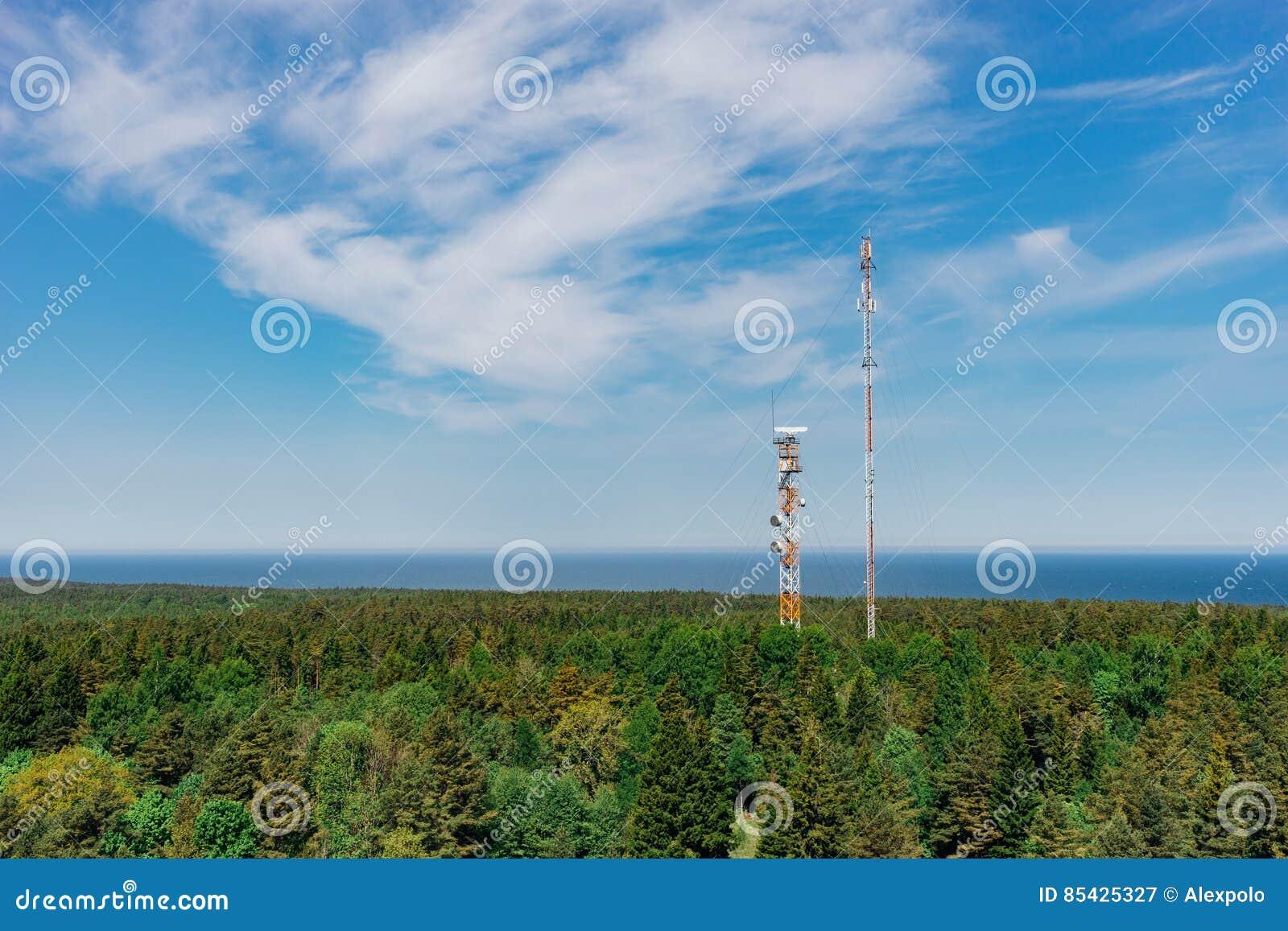 Tours de télécommunication avec des antennes de TV