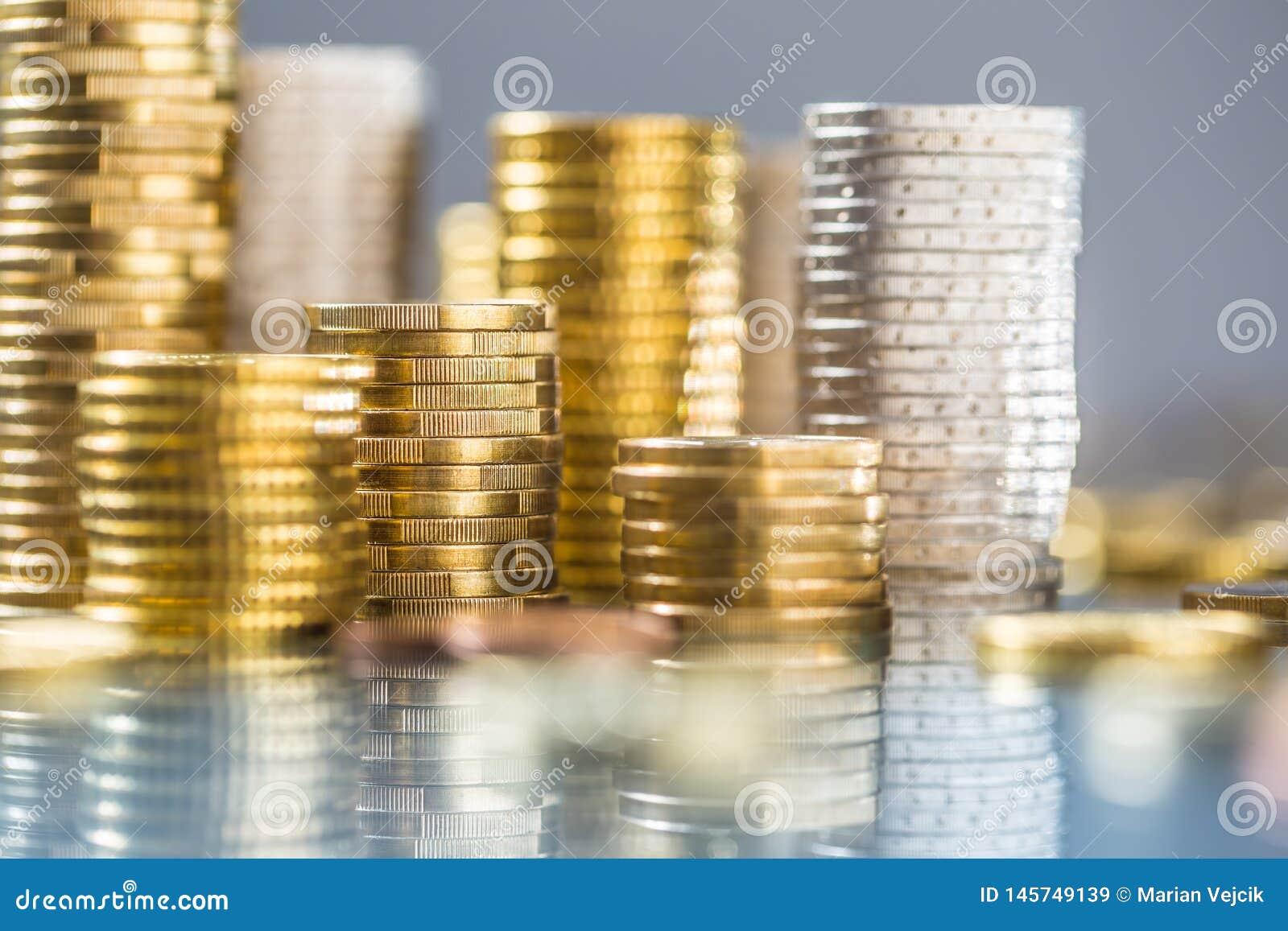 Tours des euro pi?ces de monnaie empil?es dans diff?rentes positions