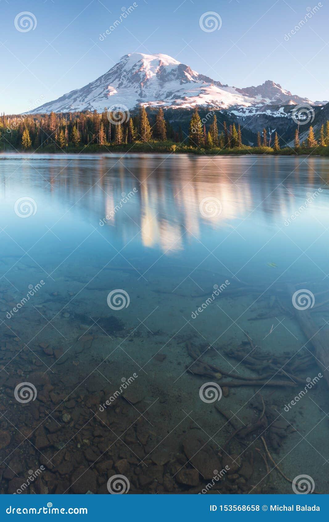 """Tours du mont Rainier au-dessus des montagnes environnantes se reposant à une altitude de 14 411 pi On le considère un du monde """""""