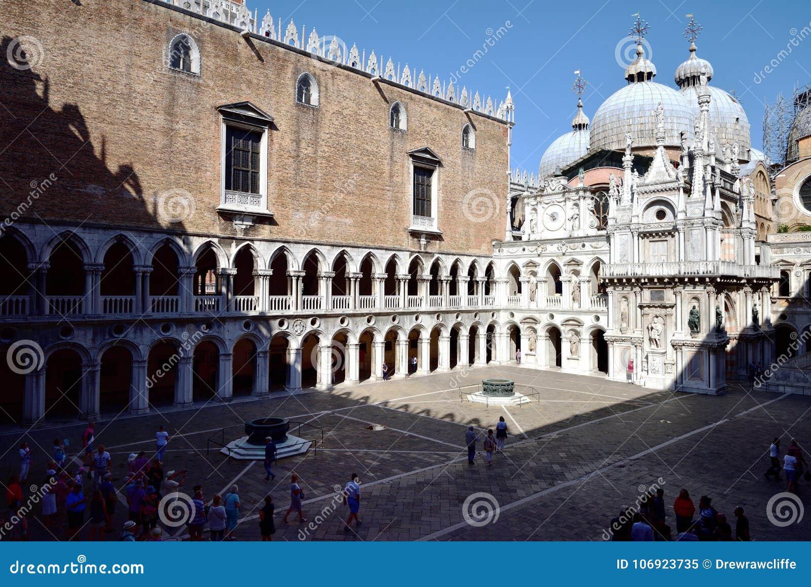 Toursits i doży ` s pałac Wenecja