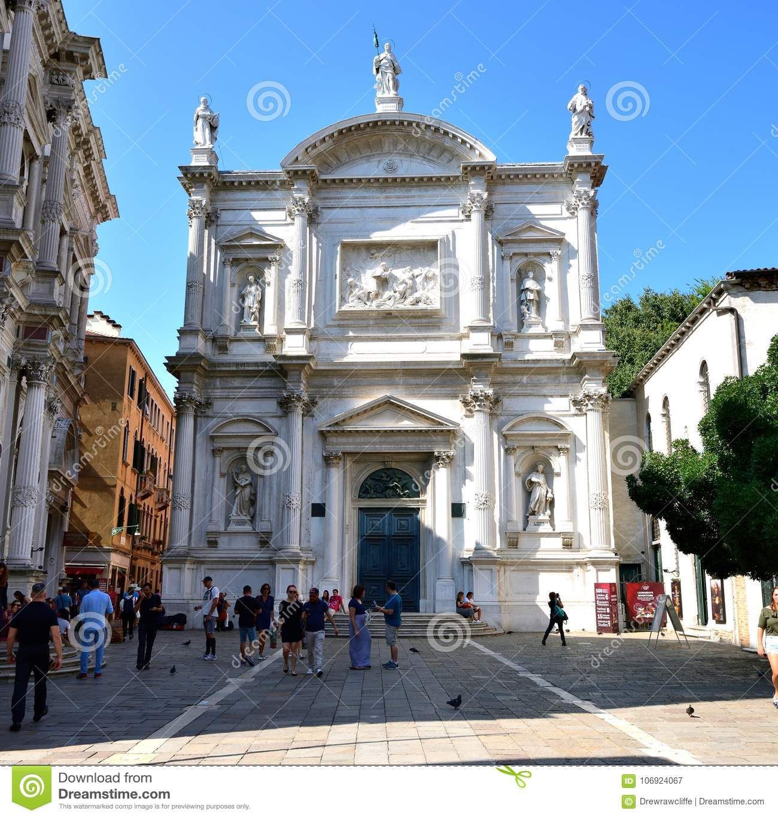 Toursits i stary kościół Wenecja