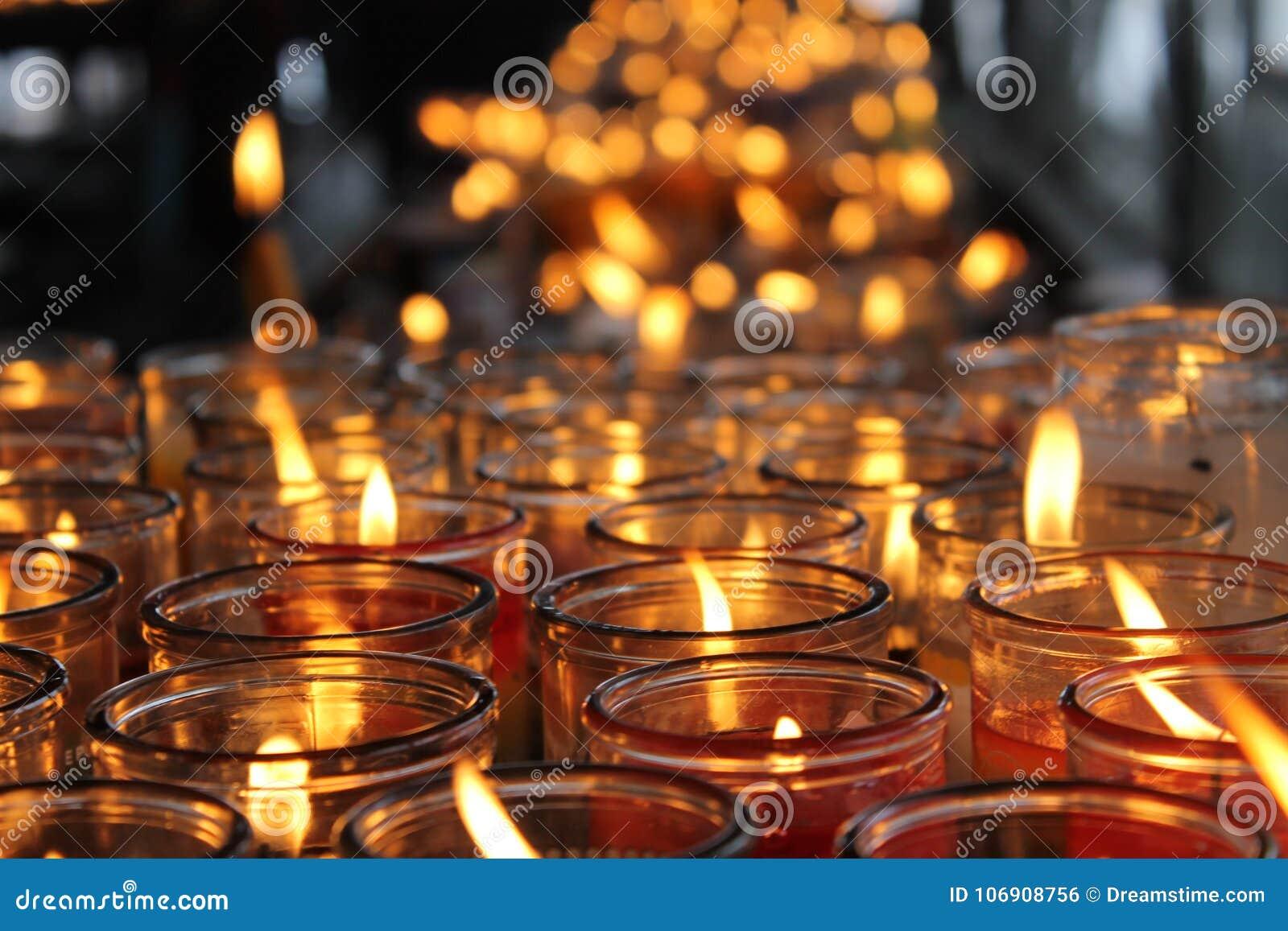 Tousands żółte świeczki w starym kościół