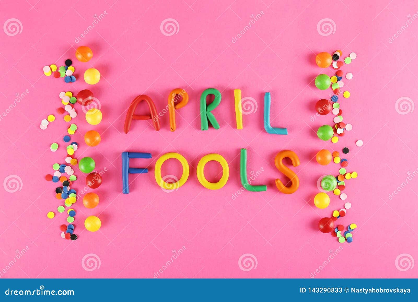 Tout le concept de fond de jour d imbéciles avec des accessoires de vacances, le 1er avril attributs orientés de partie Étroiteme
