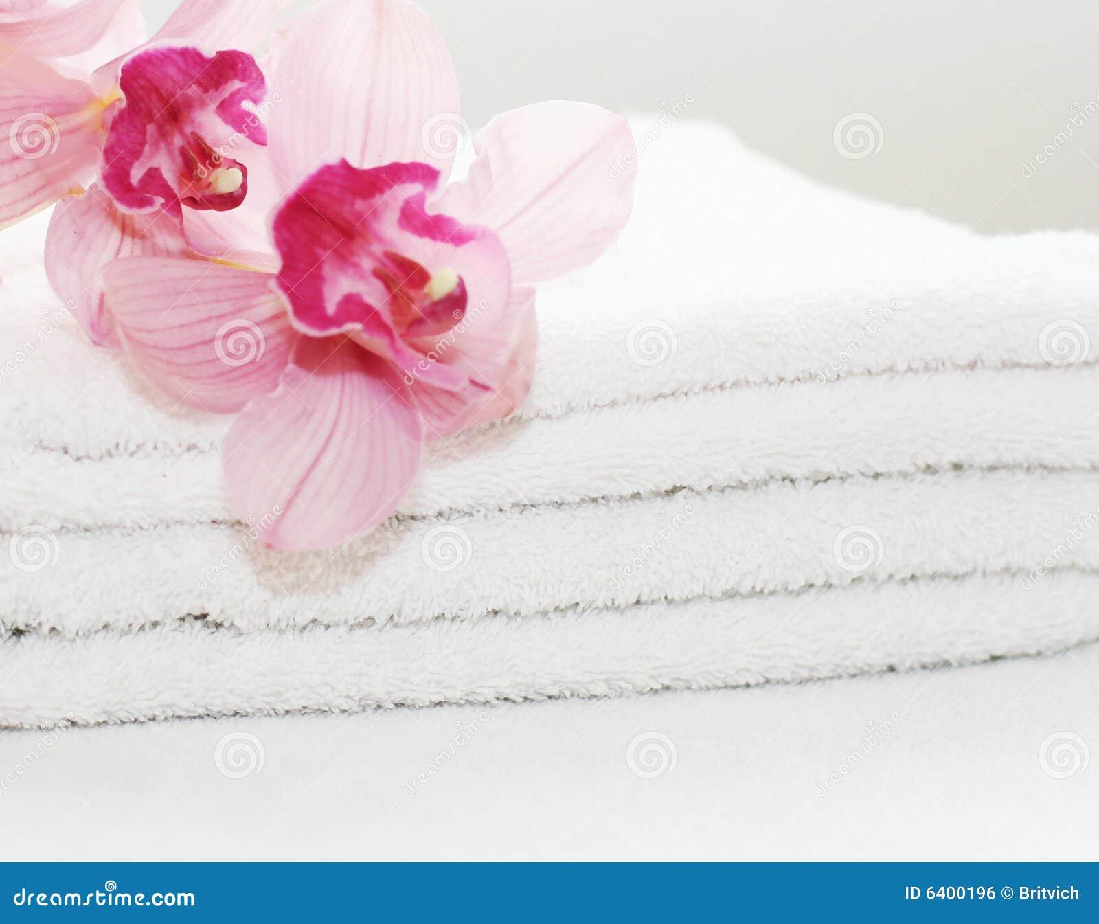 Tovaglioli bianchi con le orchidee
