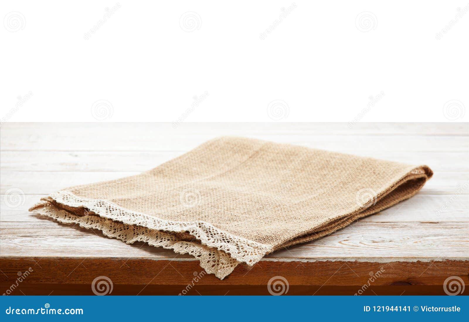 Tovagliolo della tela con pizzo, tovaglia sulla tavola di legno su fondo bianco possono usato per esposizione o il montaggio i vo