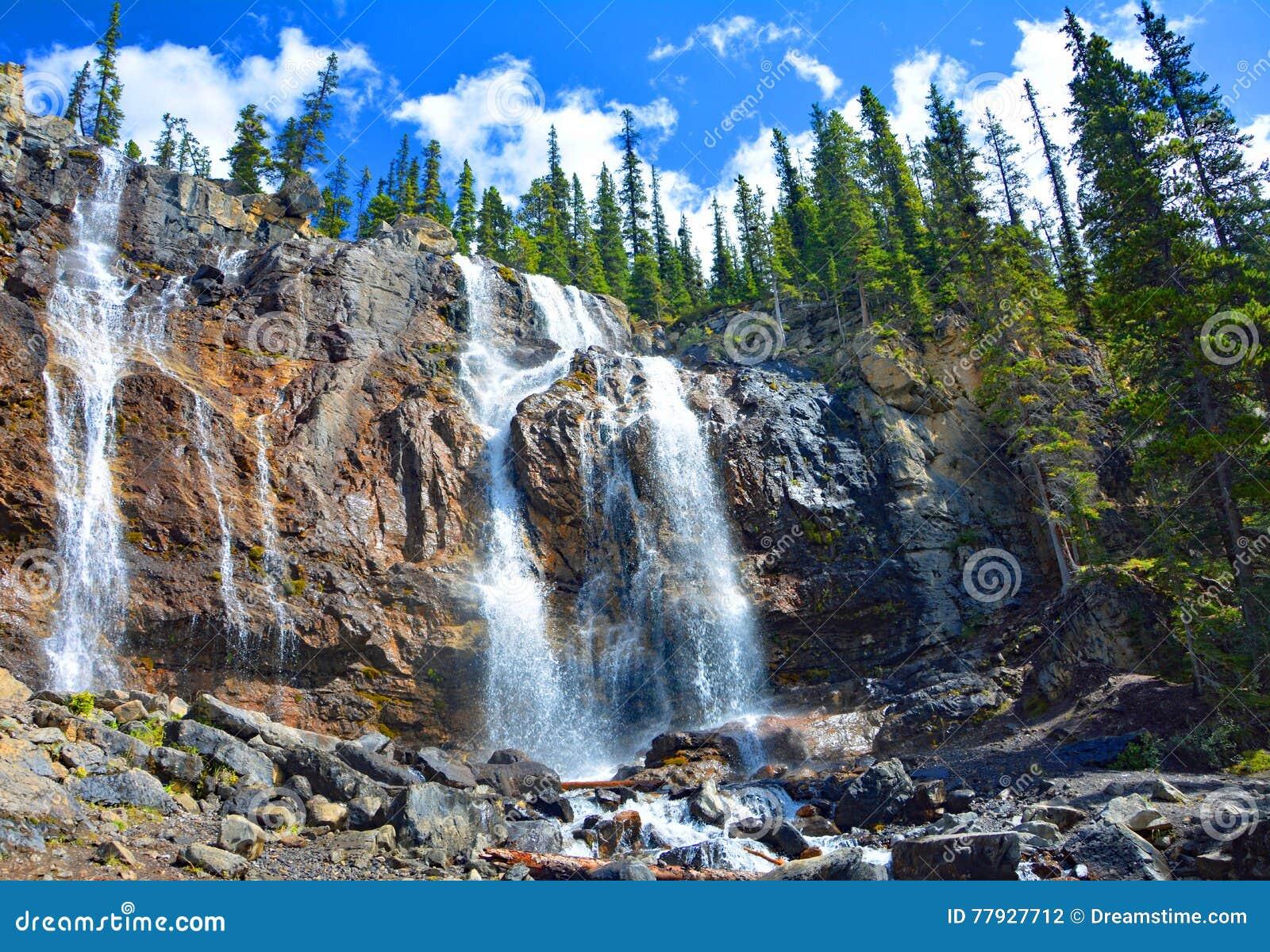 Tovaliten vikvattenfall i Jasper National Park, Alberta, Kanada