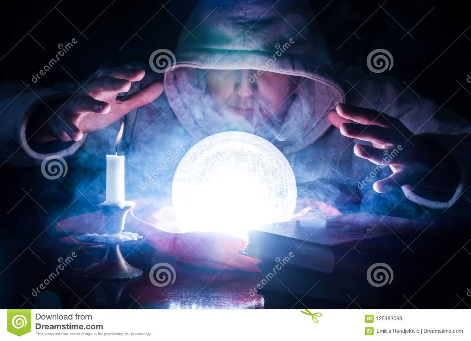 Tovenaar die lot met gloeiende magische bal voorspelt