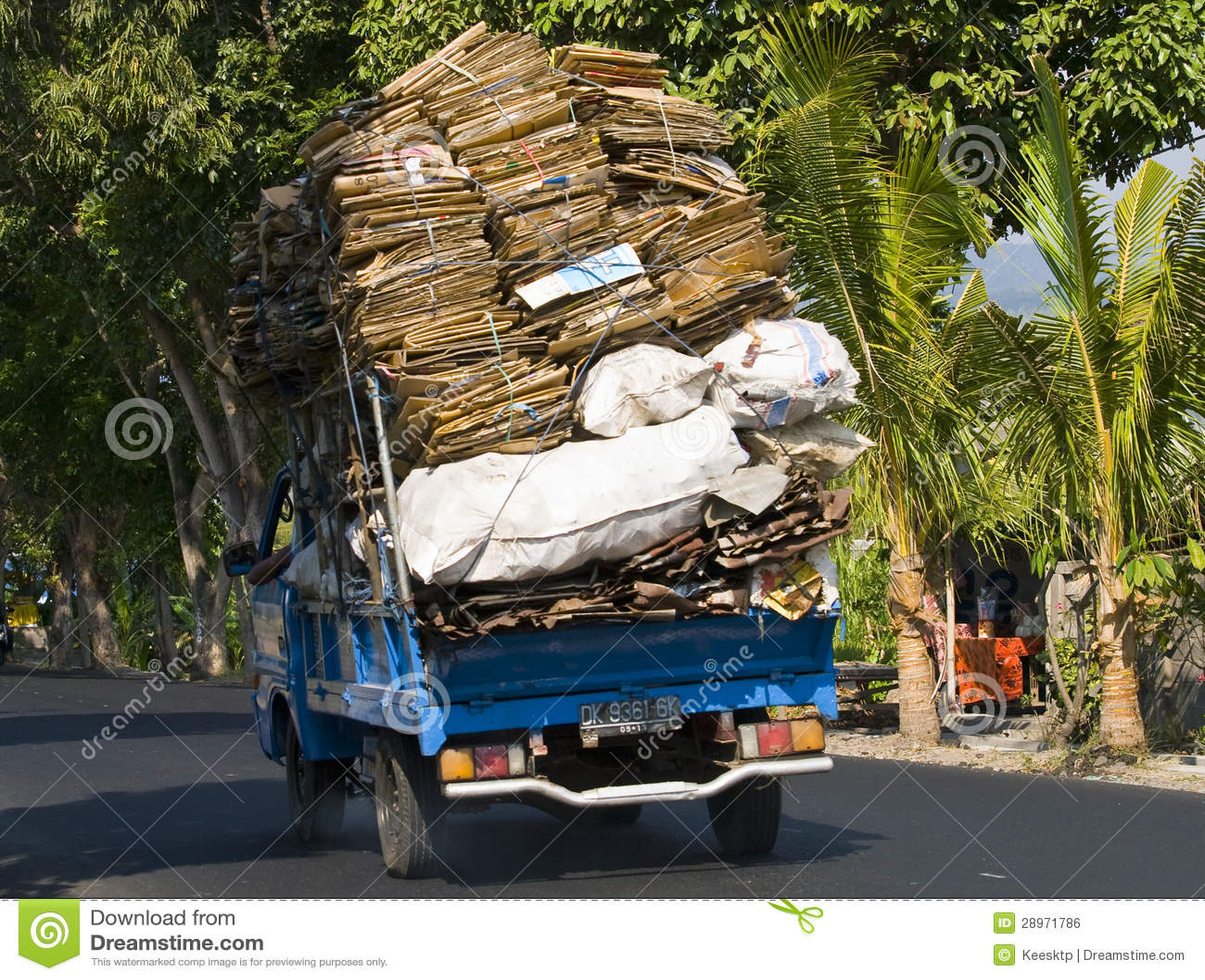Towary odtransportowywający na hulajnoga w Bali, Indonezja