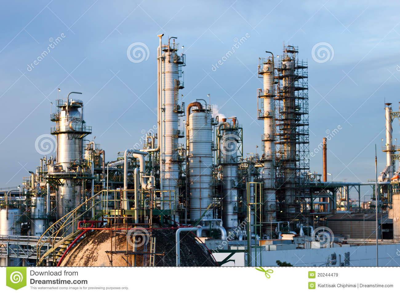 Tower And Piping In Factory Royalty Free Stock Images