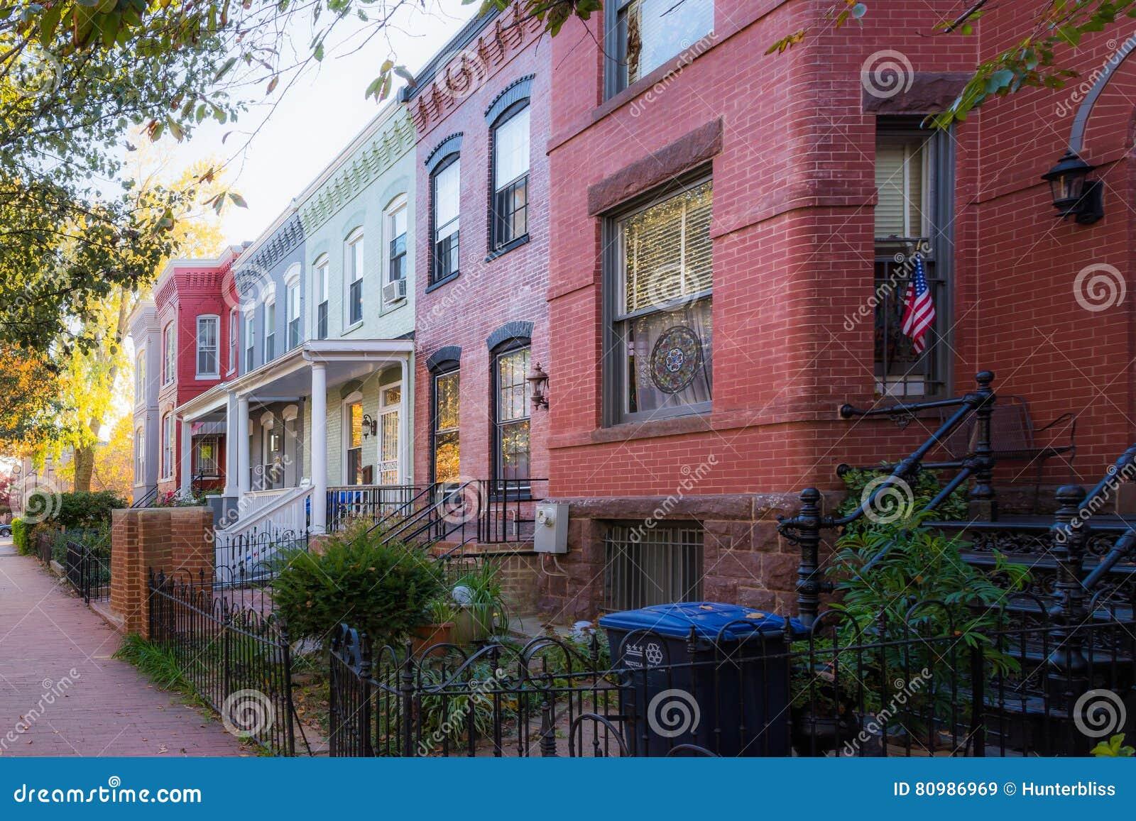 Townhouses υπόλοιπου κόσμου του Washington DC ζωηρόχρωμη αρχιτεκτονική Exterio τούβλου