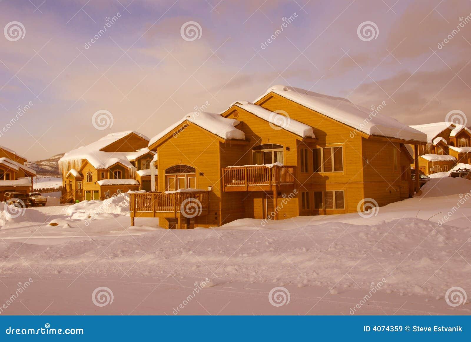 Townhouses após a tempestade de neve pesada