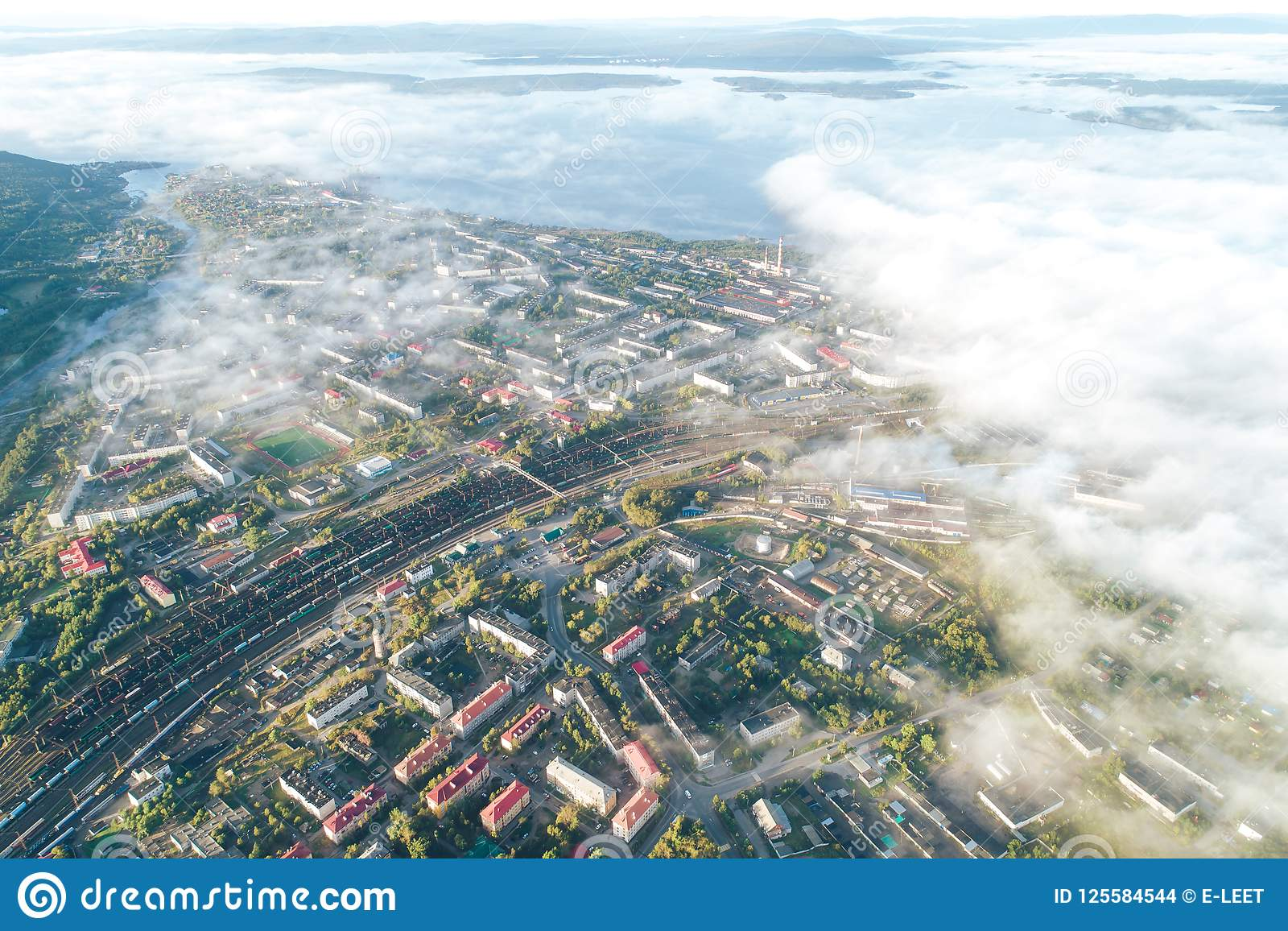 Townscape aéreo da cidade de Kandalaksha