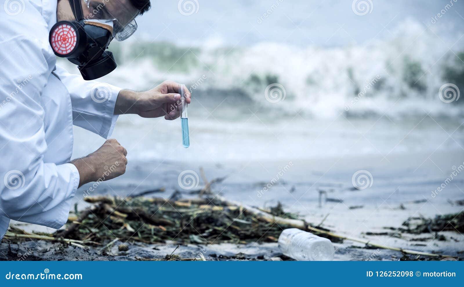 Toxicologist som kontrollerar förorenat vatten som plaskar på kust, miljö- katastrof