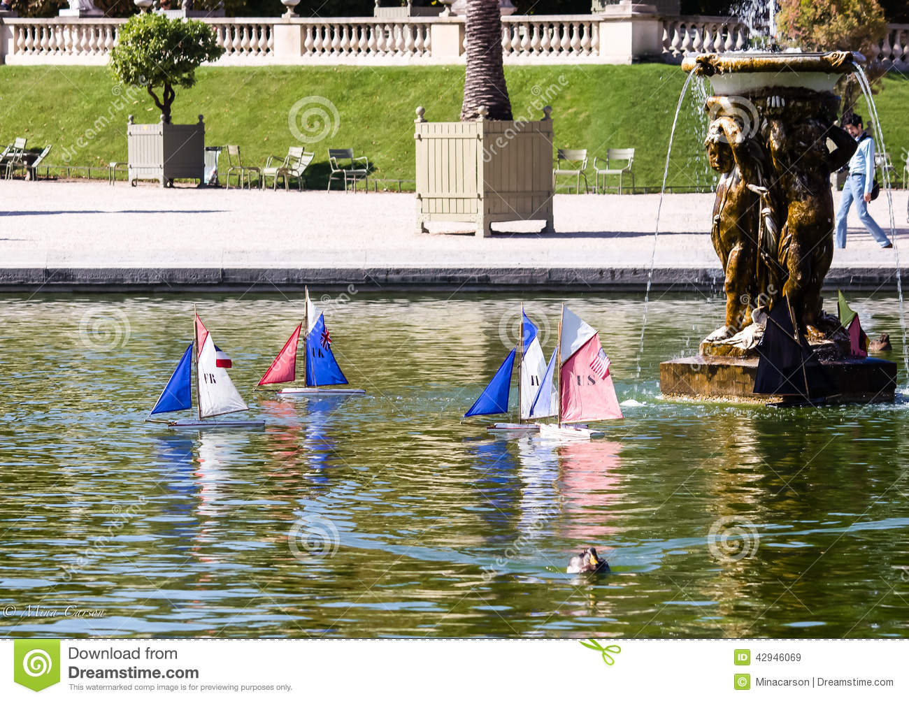 Toy sailboats on pond in luxembourg garden paris for Floating swimming pool paris