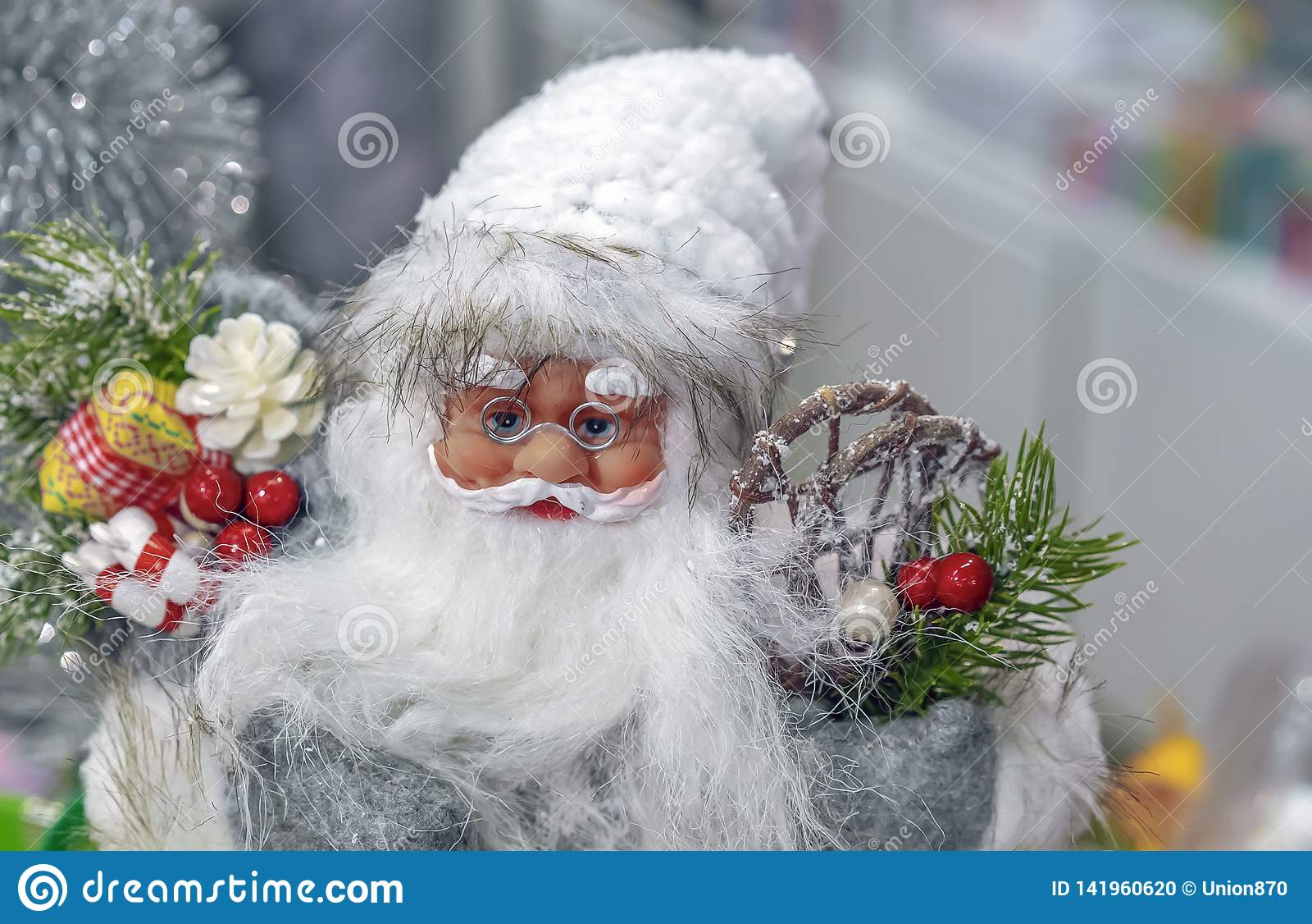 Toy Santa Claus dans le stock de cadeaux et de décorations de Noël